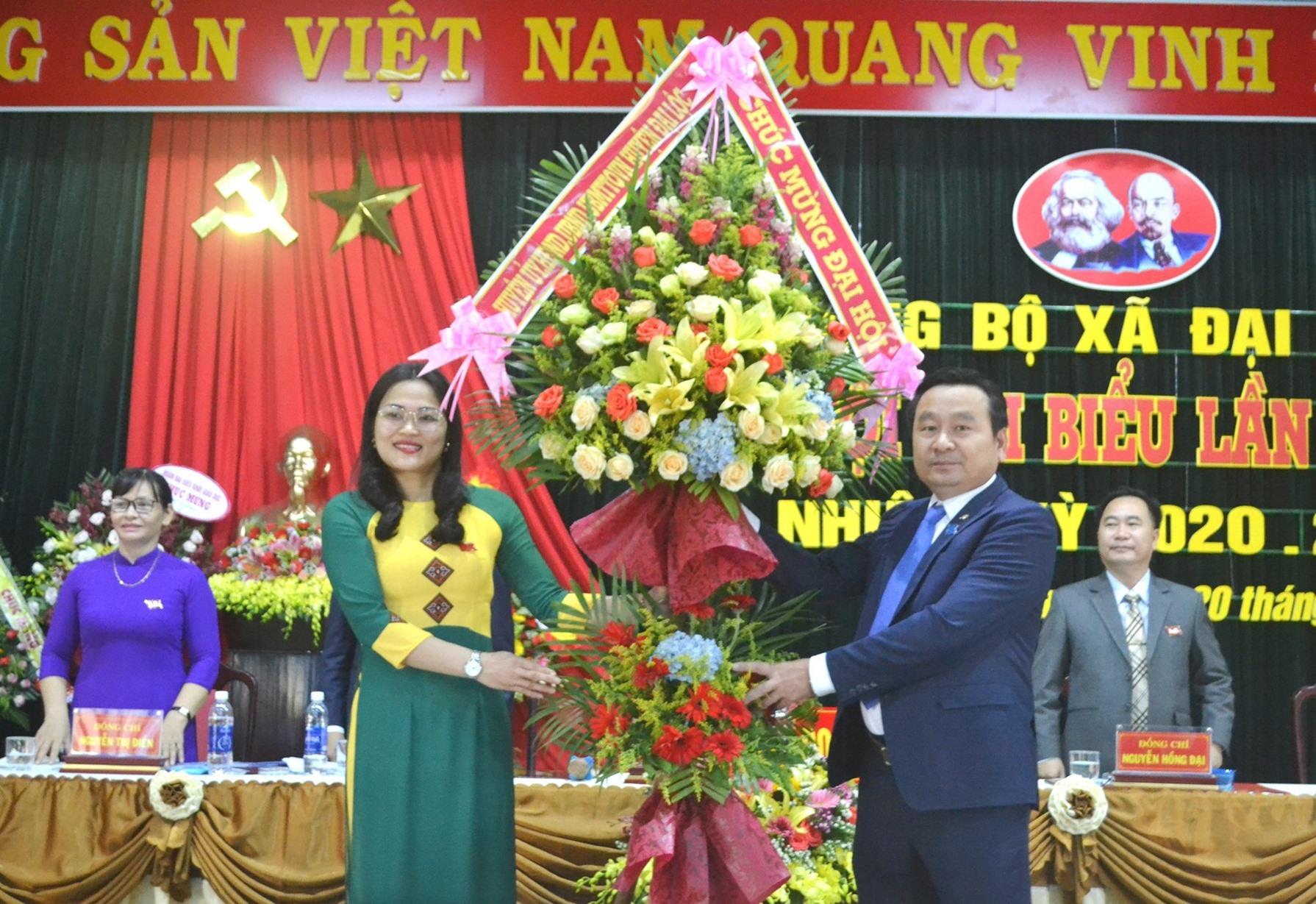 Bí thư Huyện ủy Đại Lộc - ông Nguyễn Công Thanh tặng hoa chúc mừng đại hội. Ảnh: CT