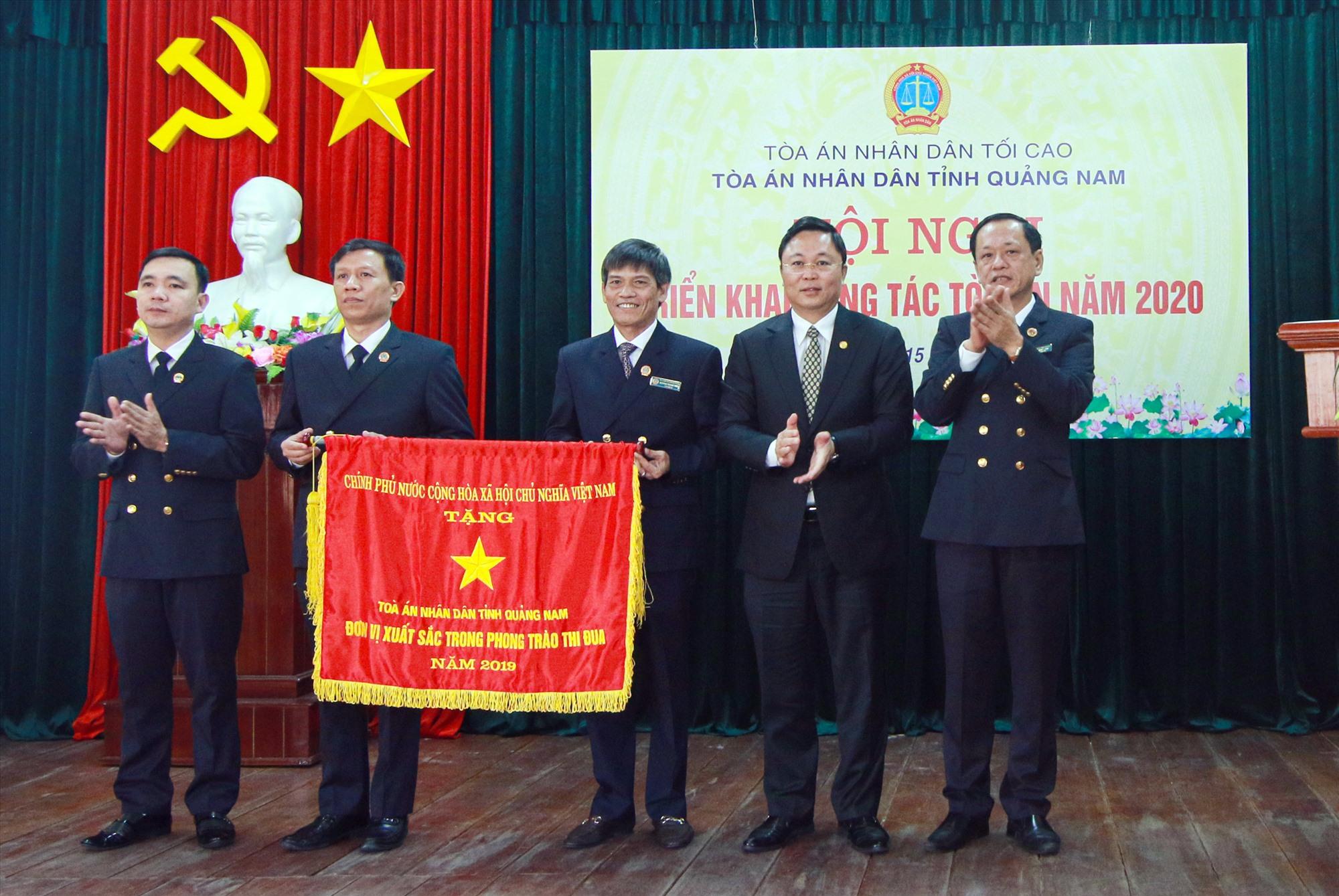 Tòa án nhân dân tỉnh nhận Cờ thi đua của Chính phủ năm 2020. Ảnh: THÀNH CÔNG