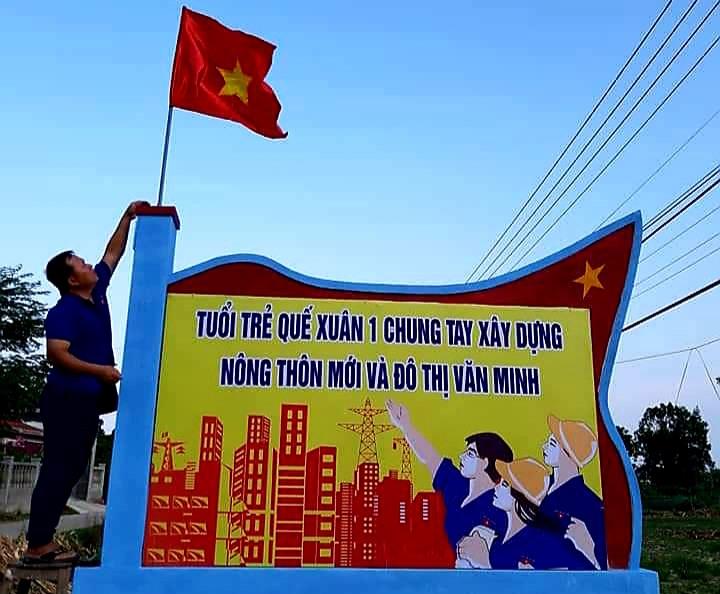 """Cán bộ và đoàn viên thanh niên xã Quế Xuân 1 vừa xây dựng hoàn thành """"Công trình thanh niên"""" chào mừng đại hội đảng các cấp. Ảnh: S.A"""