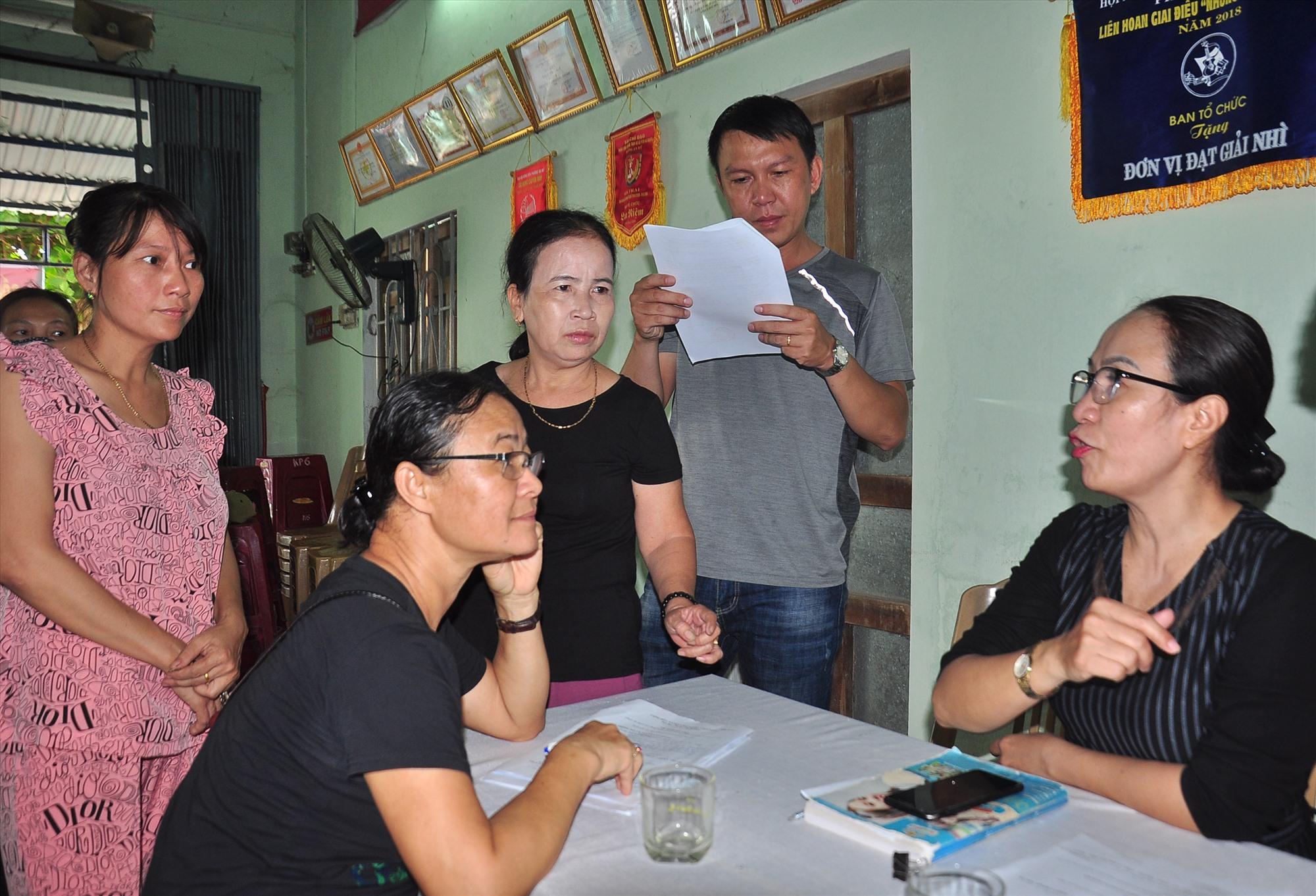 Bà Lê Thị Kim Vương - Chủ tịch Ủy ban MTTQ Việt Nam phường An Mỹ (phải) tham gia giám sát việc triển khai Nghị quyết 42 và hỗ trợ tuyên truyền, giải thích cho người dân về chính sách. Ảnh: VINH ANH