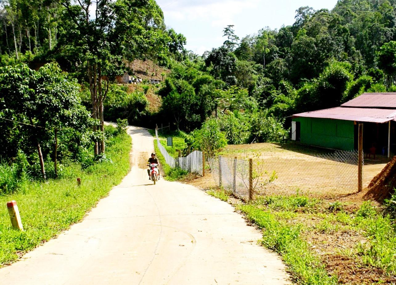 Đường bê tông được đầu tư, bên cạnh tạo thuận lợi cho việc đi lại, còn mở hướng mới trong phát triển kinh tế của người dân địa phương. Ảnh: ALĂNG NGƯỚC