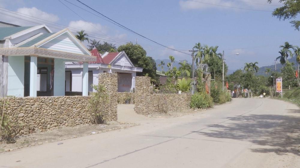Hạ tầng giao thông được đầu tư khang trang ở xã Tư, huyện Đông Giang. Ảnh: THÁI BÌNH