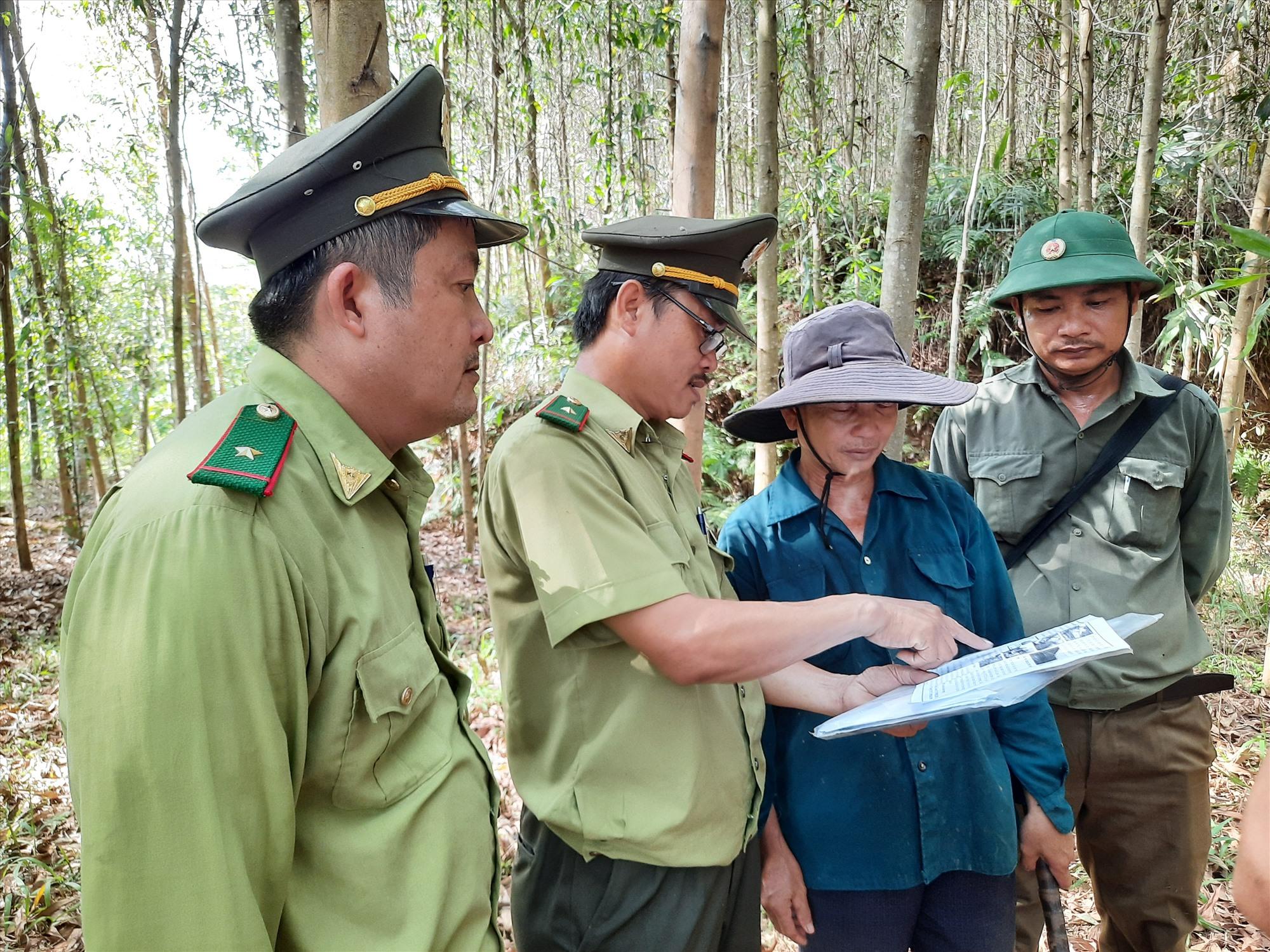 Tuyên truyền kiến thức bảo vệ rừng, phòng cháy chữa cháy rừng cho người dân. Ảnh: Đ. Q