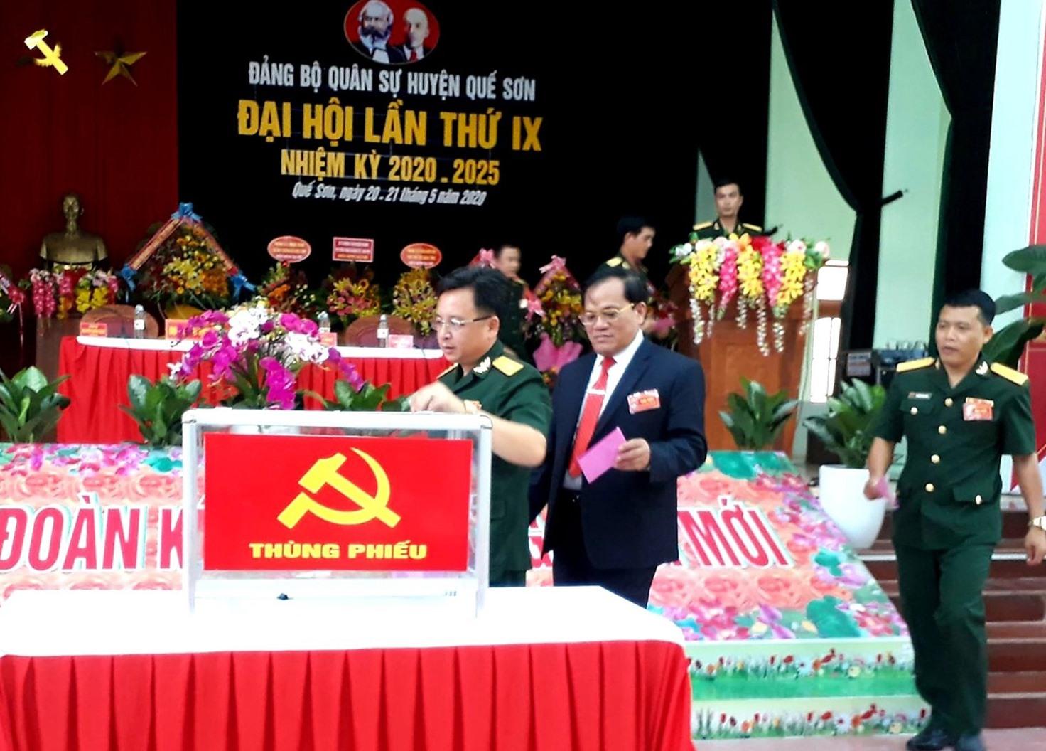 Bỏ phiếu bầu Ban Chấp hành Đảng bộ Quân sự huyện Quế Sơn nhiệm kỳ 2020 - 2025. Ảnh: T.S