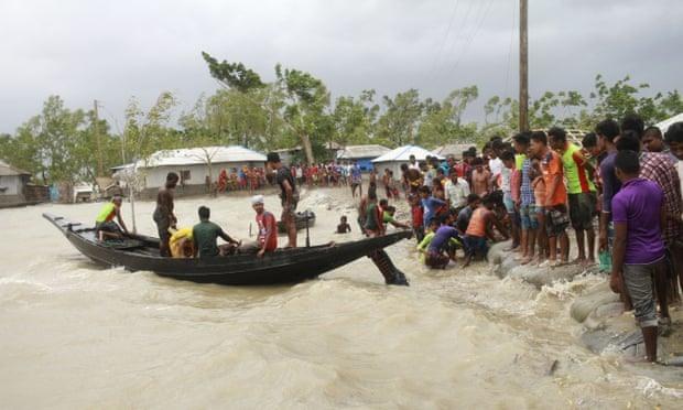 Siêu bão Amphan gây ngập lụt nghiêm trọng tại nhiều nơi ở Ấn Độ và Bangladesh. Ảnh: AP