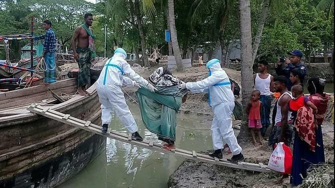 Chính quyền Bangladesh sơ tán người dân tránh bão trong lúc chống chọi dịch bệnh Covid-19. Ảnh: AFP