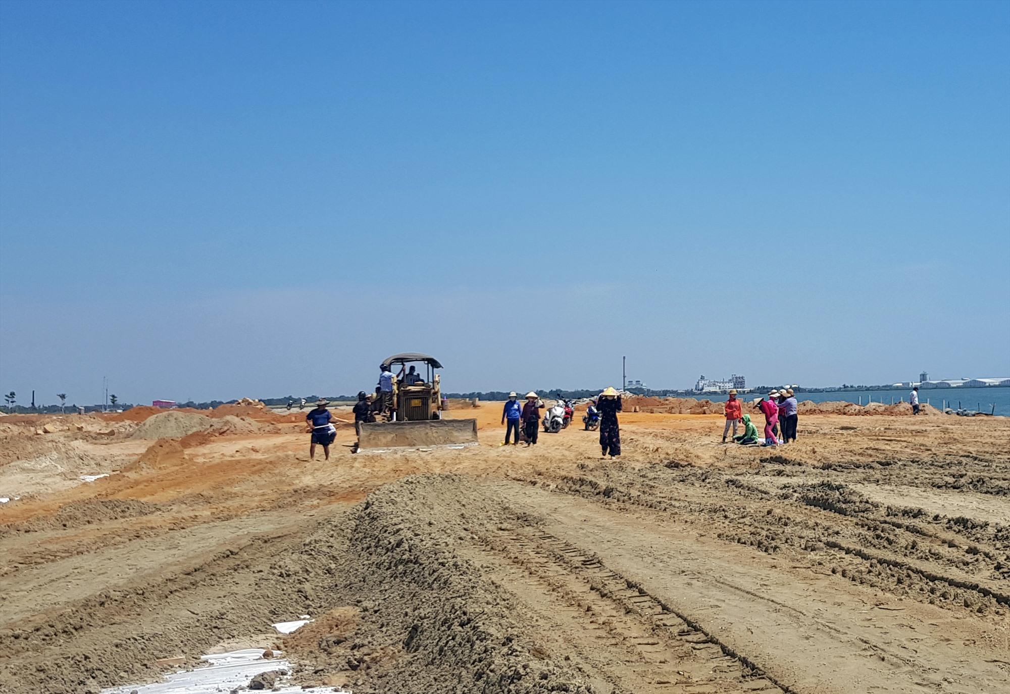 Người dân tập trung tại hiện trường vịnh An Hòa cản trở thi công dự án. Ảnh: T.N