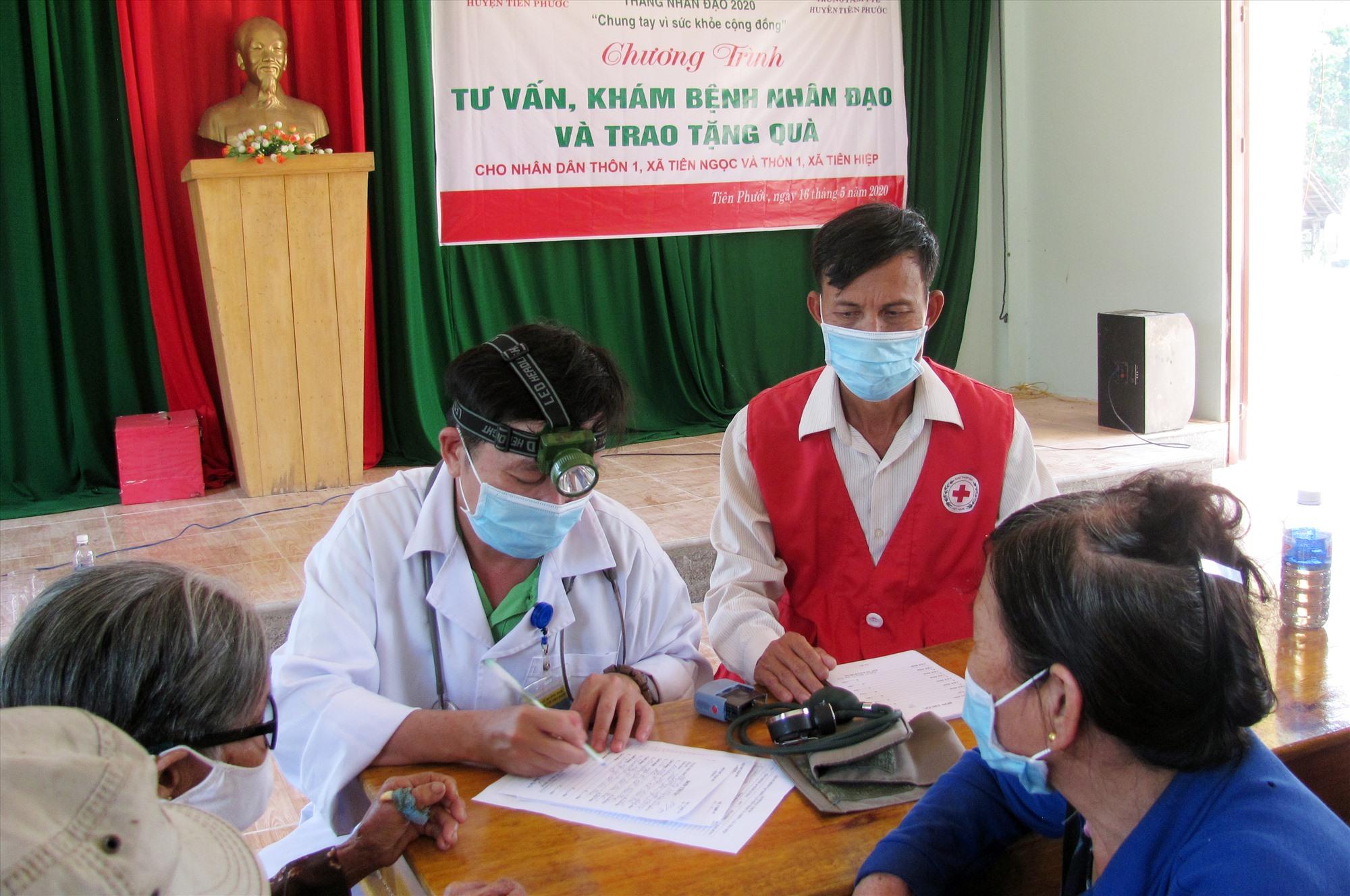Hội CTĐ Tiên Phước tư vấn, khám bệnh, cấp thuốc miễn phí cho người dân. Ảnh: C.N