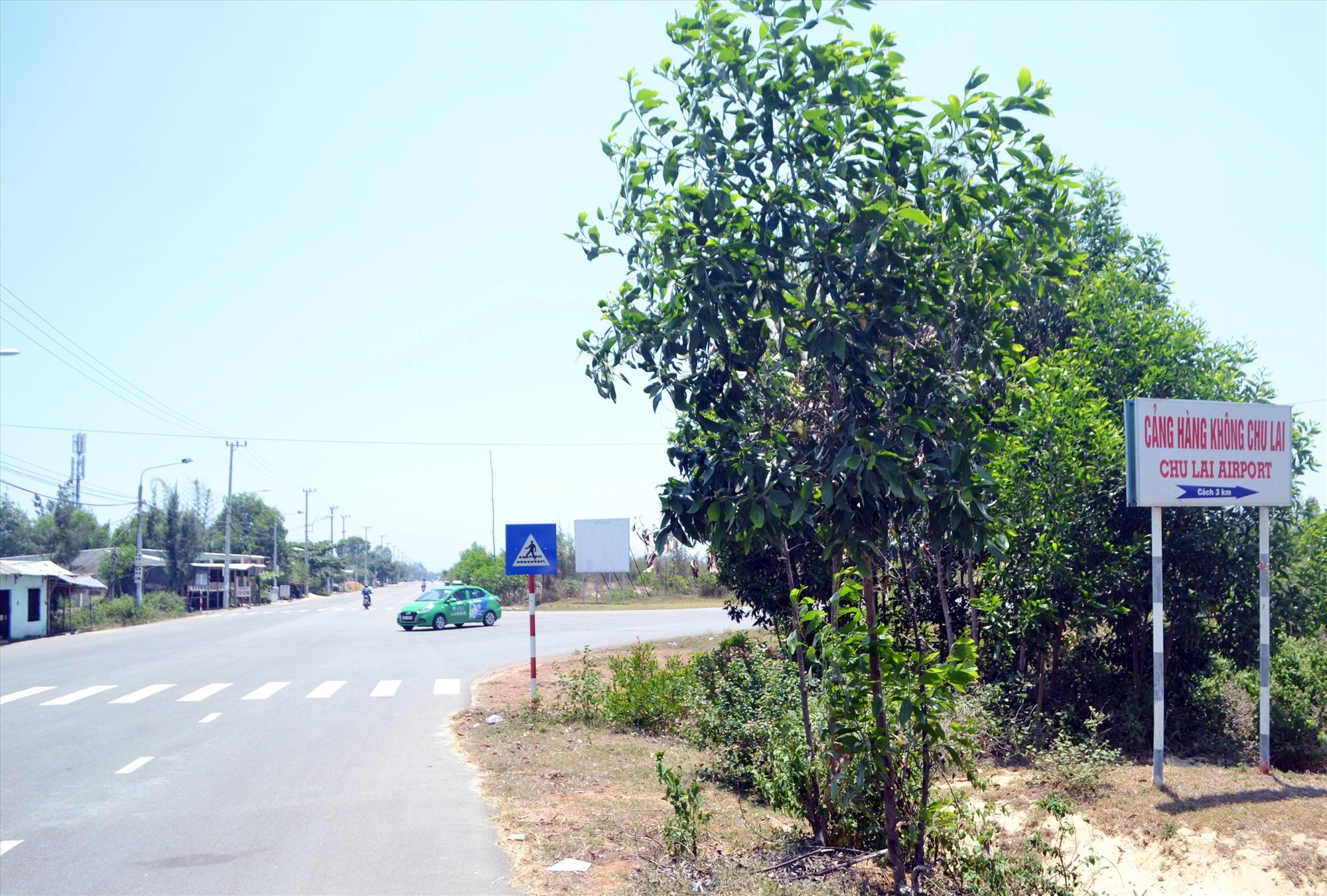 Điểm cuối dự án đường 129 giai đoạn 2 kết nối với đường vào sân bay Chu Lai đang vướng mặt bằng thi công. Ảnh: T.C.T