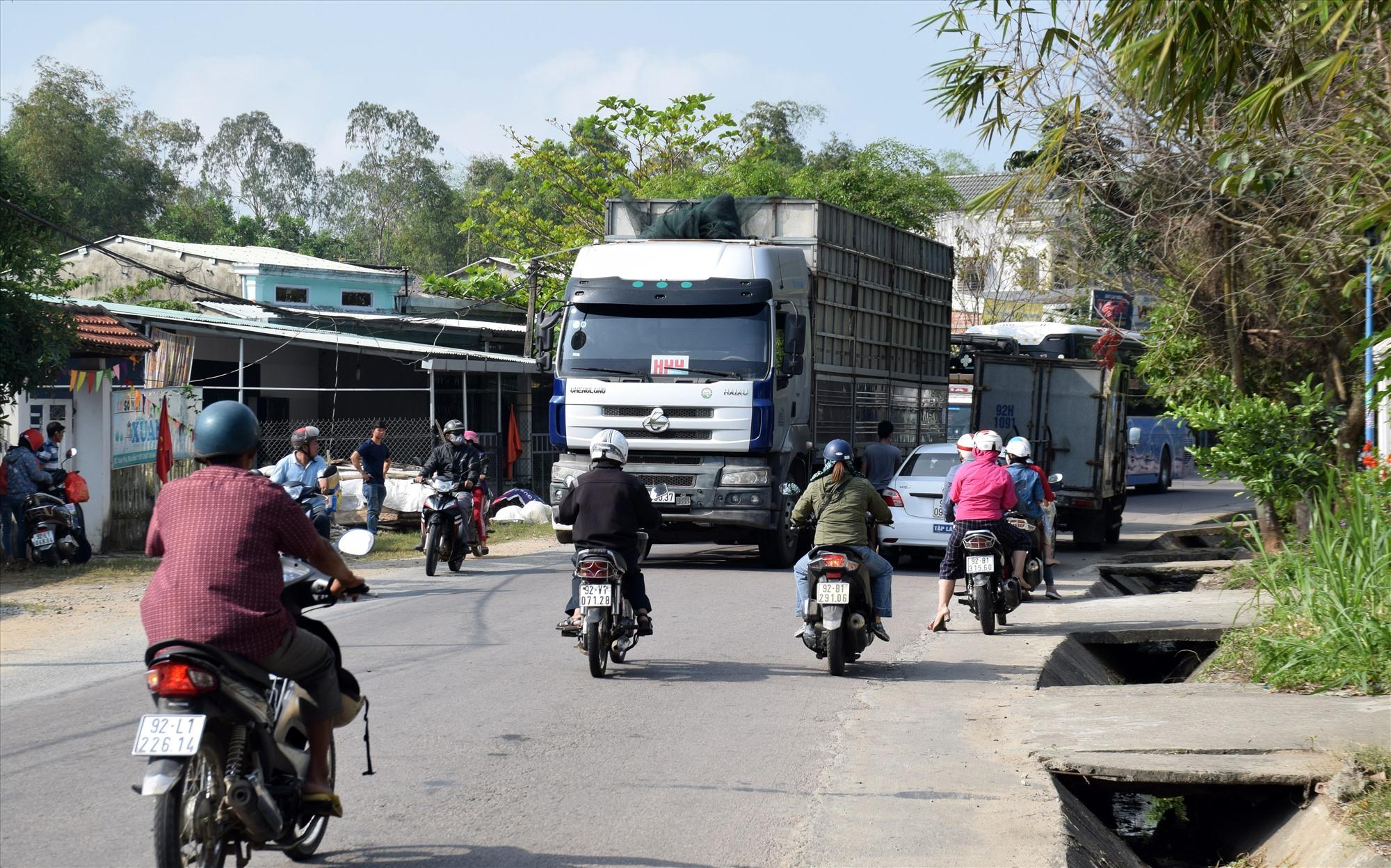 Quốc lộ 40B qua địa bàn Phú Ninh thường xuyên ùn tắc vào giờ cao điểm. Ảnh: HOÀI AN