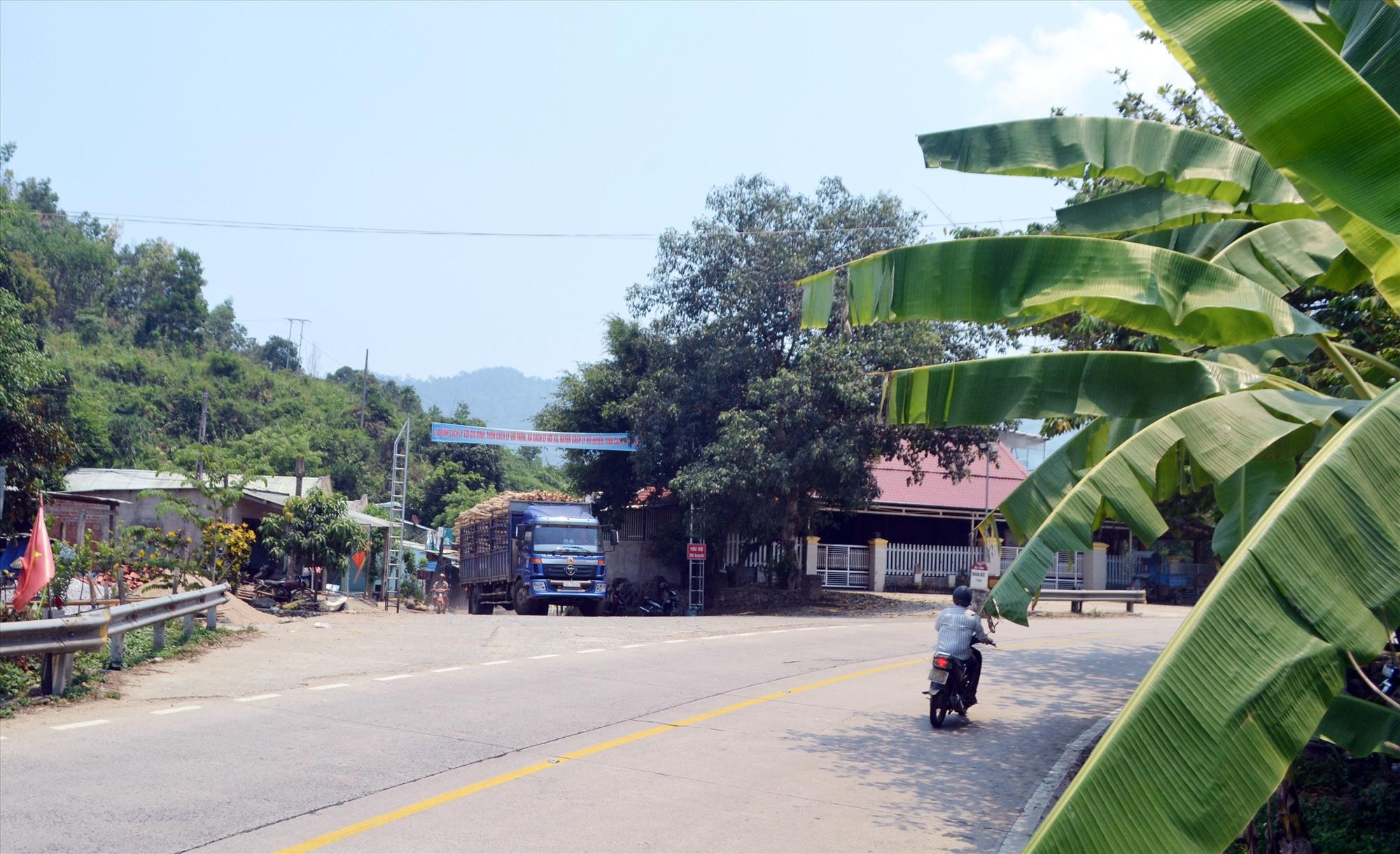 Điểm giao nhau dễ xảy ra tai nạn giữa đường nhánh với đường Hồ Chí Minh tại lý trình km1384, đoạn qua địa bàn Phước Sơn. Ảnh: CÔNG TÚ