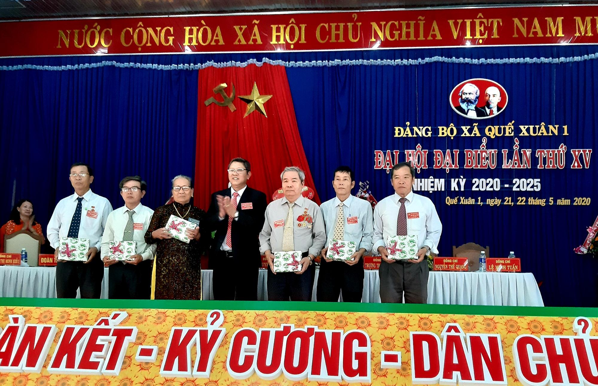 Tại đại hội, lãnh đạo địa phương tặng quà Bà mẹ Việt Nam anh hùng Nguyễn Thị Tá và một số đồng chí nguyên là cán bộ lãnh đạo xã qua các thời kỳ.  Ảnh: VĂN SỰ