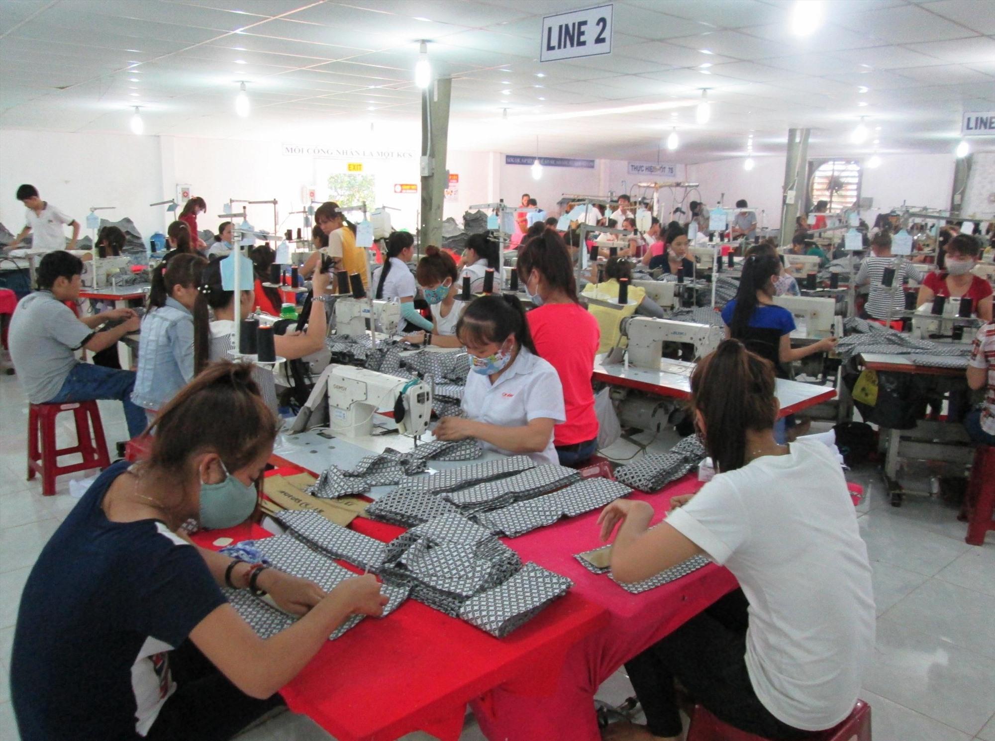 Nhiều lao động của địa phương có việc làm ổn định tại các cơ sở may mặc đóng chân trên địa bàn.    Ảnh: VĂN SỰ