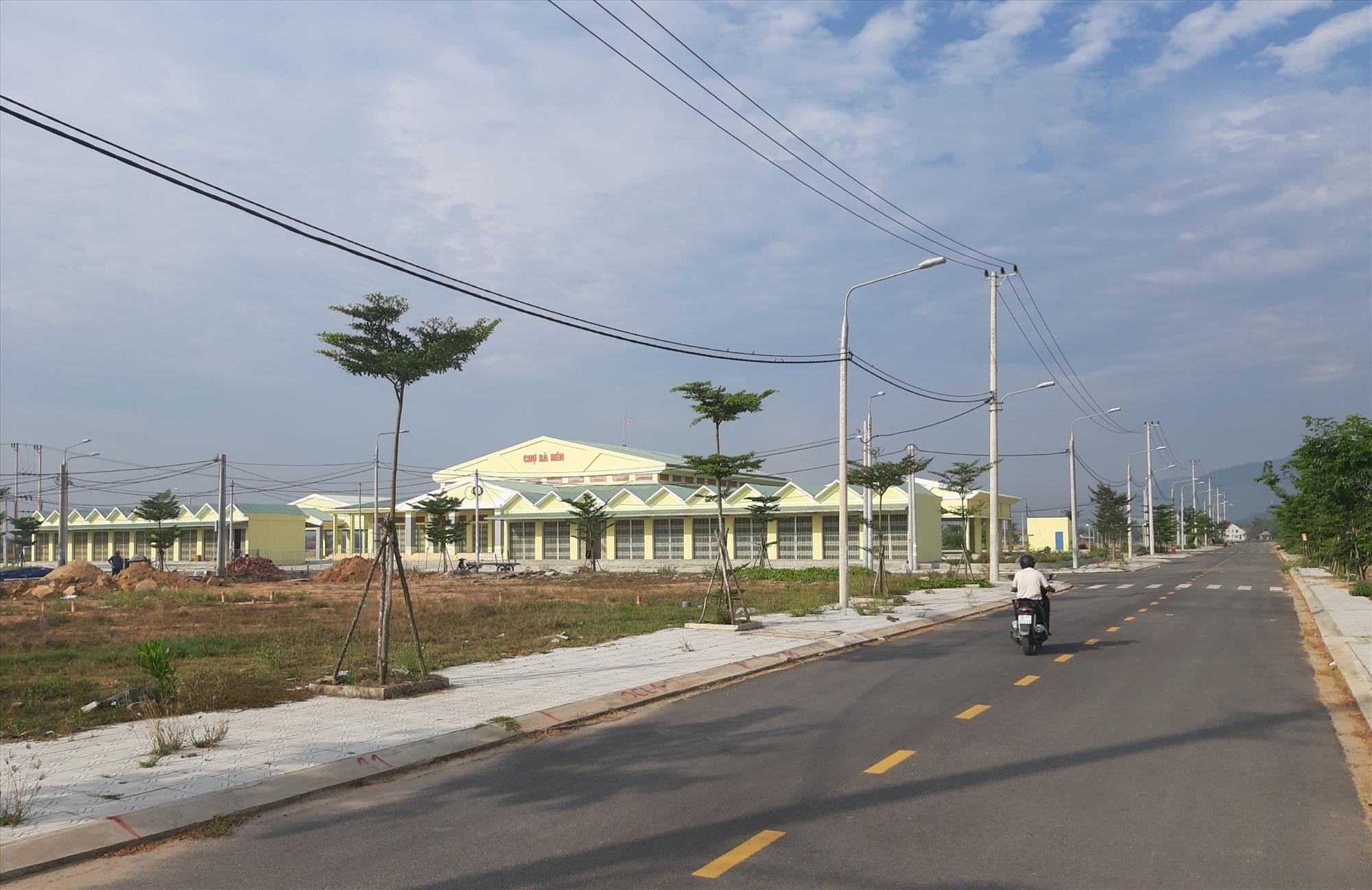 Khu phố chợ Bà Rén hình thành sẽ tạo đòn bẩy cho lĩnh vực thương mại - dịch vụ của xã Quế Xuân 1 phát triển mạnh mẽ.    Ảnh: VĂN SỰ