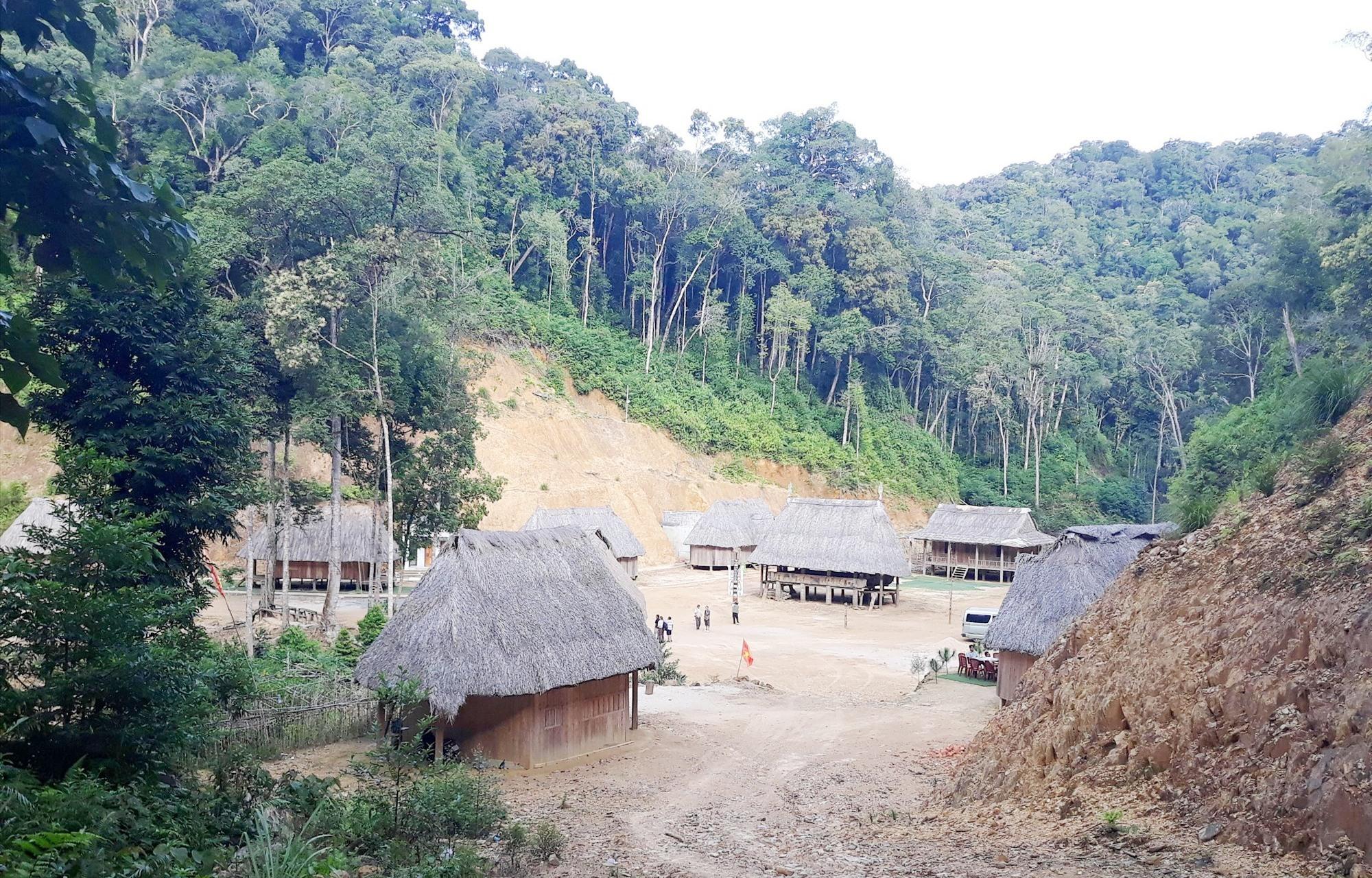 Một góc làng du lịch cộng đồng Pơ mu (Tây Giang). Ảnh: B.A