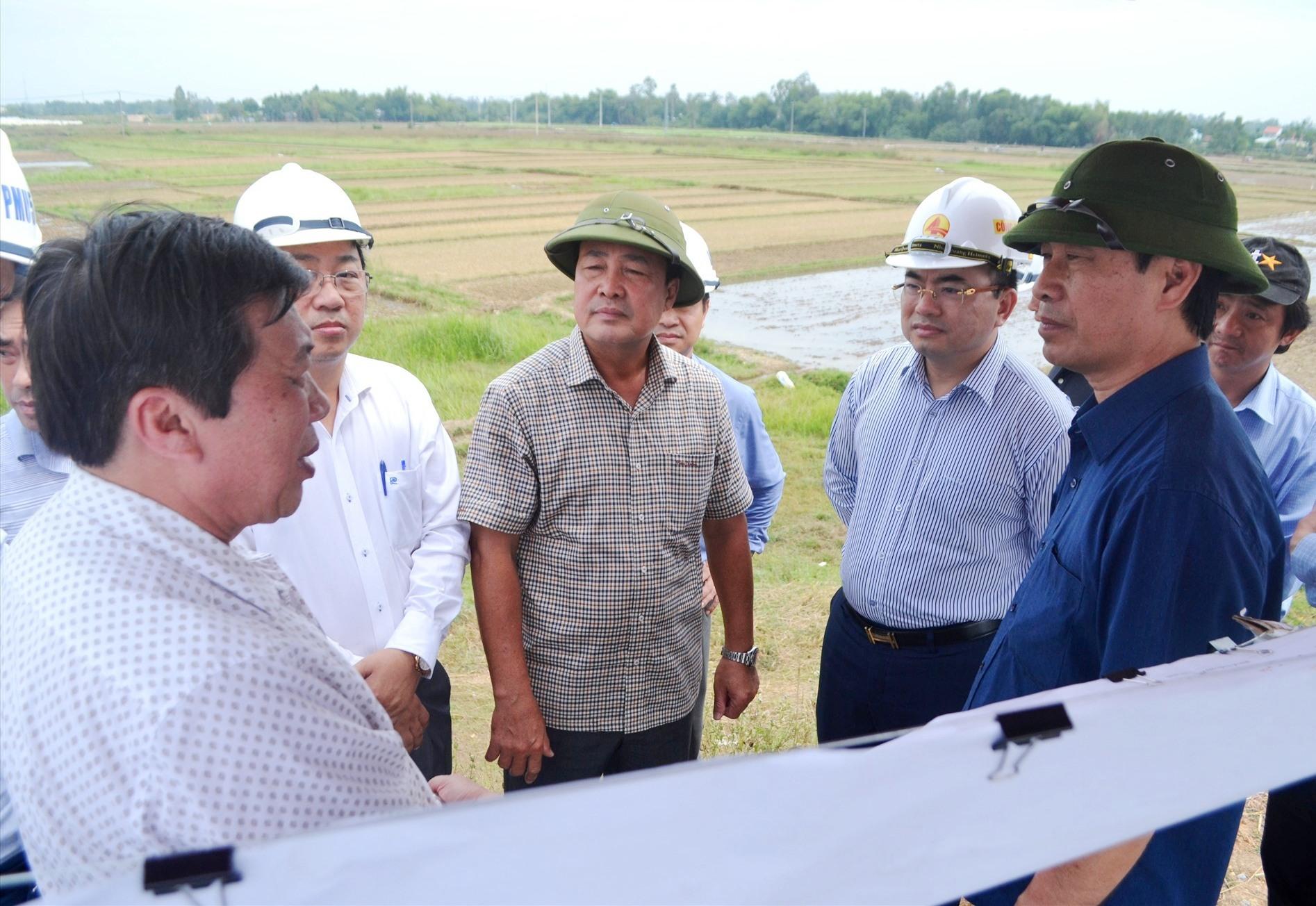 Thứ trưởng Lê Đình Thọ (ngoài cùng bên phải) đi kiểm tra thực tế thi công QL40B. Ảnh: CT