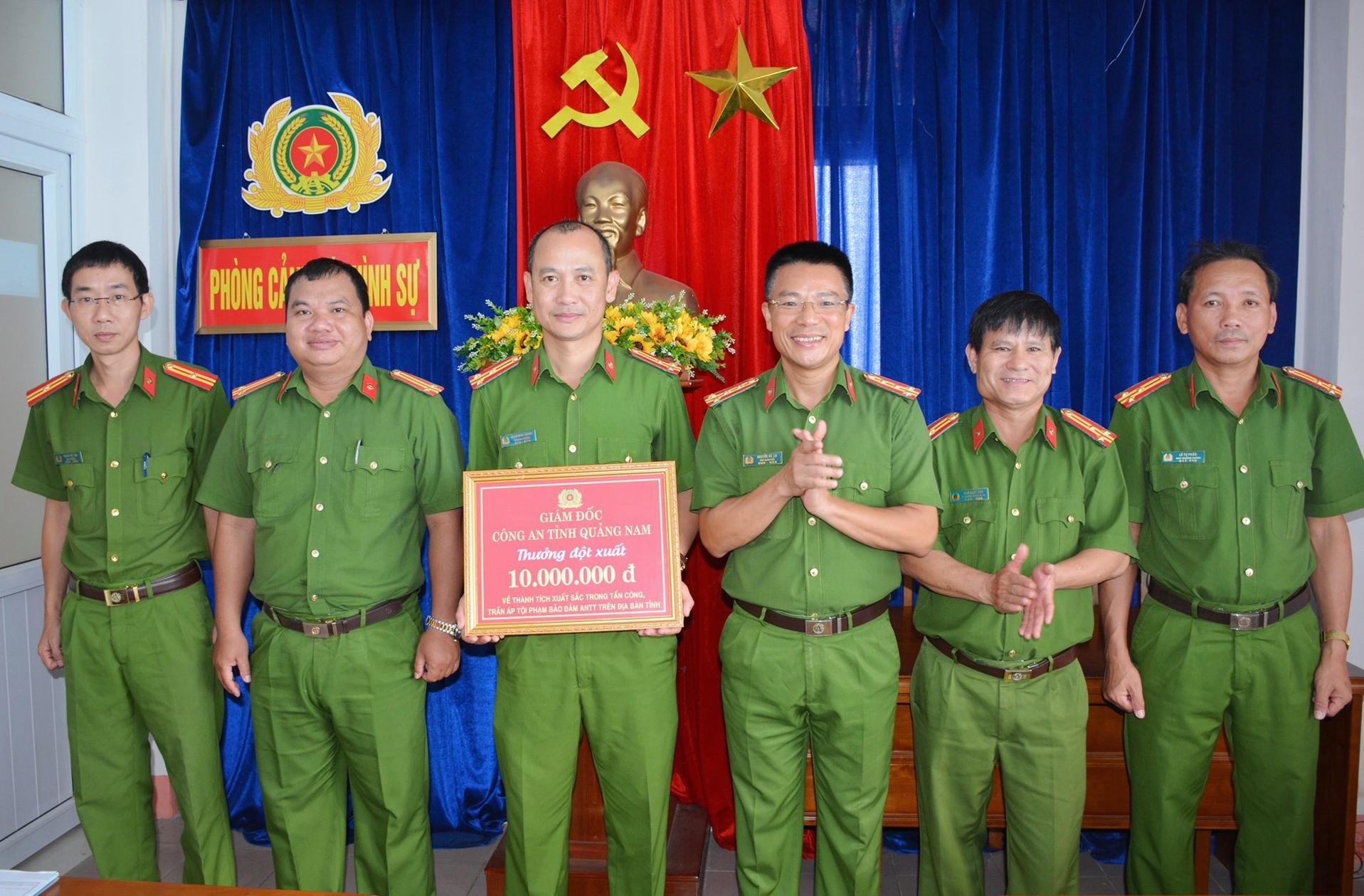 Đại tá Nguyễn Hà Lai thưởng nóng cho Phòng Cảnh sát hình sự sau khi xuất sắc điều tra, làm rõ thủ phạm vụ án mạng.