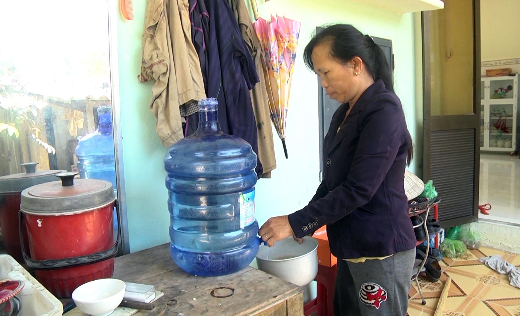 Nguồn nước bị nhiễm mặn người dân làng Cát Cao phải sử dụng nước bình để nấu ăn.