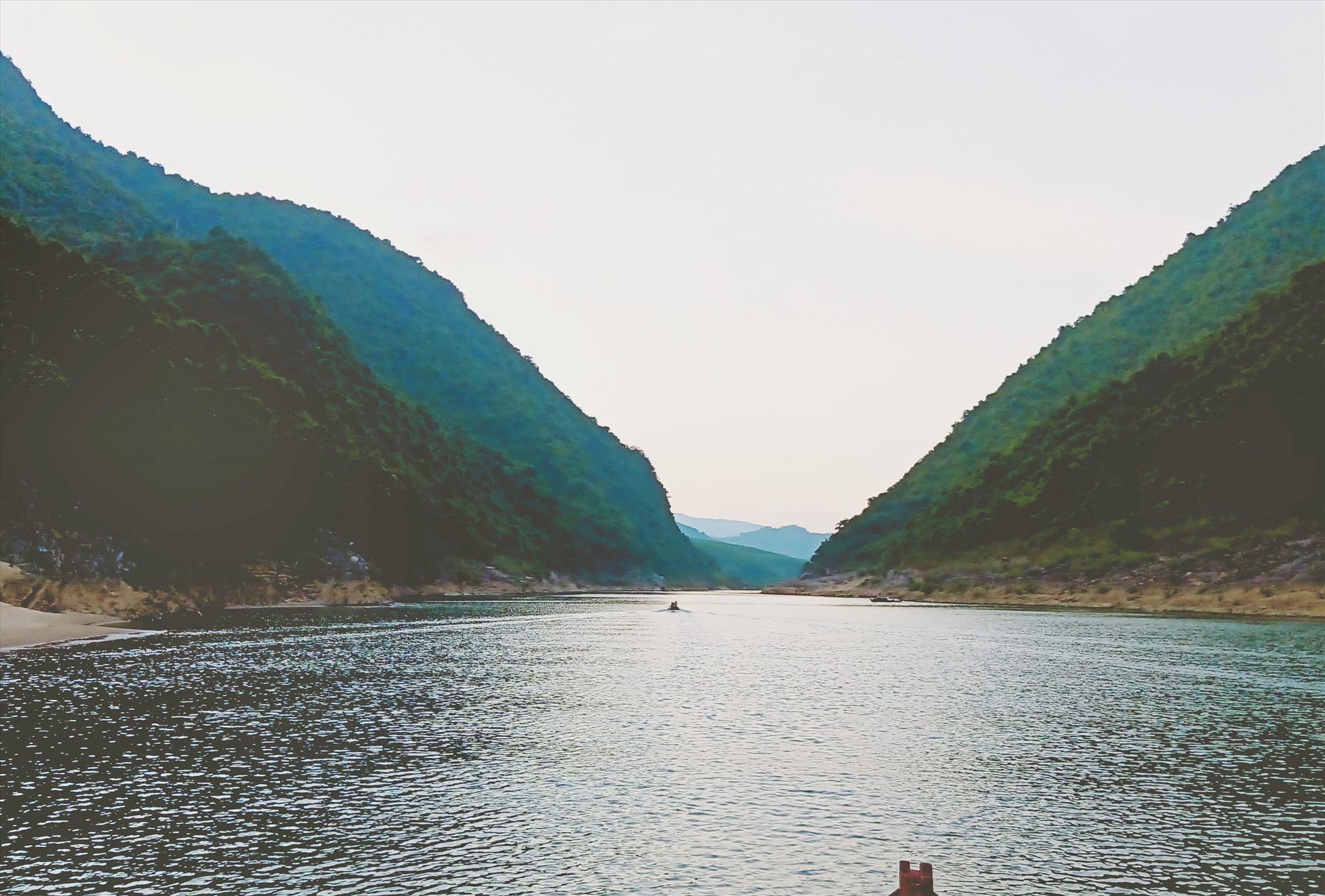 Hòn Kẽm Đá Dừng - nơi núi liền sông. Ảnh: HOÀNG LIÊN