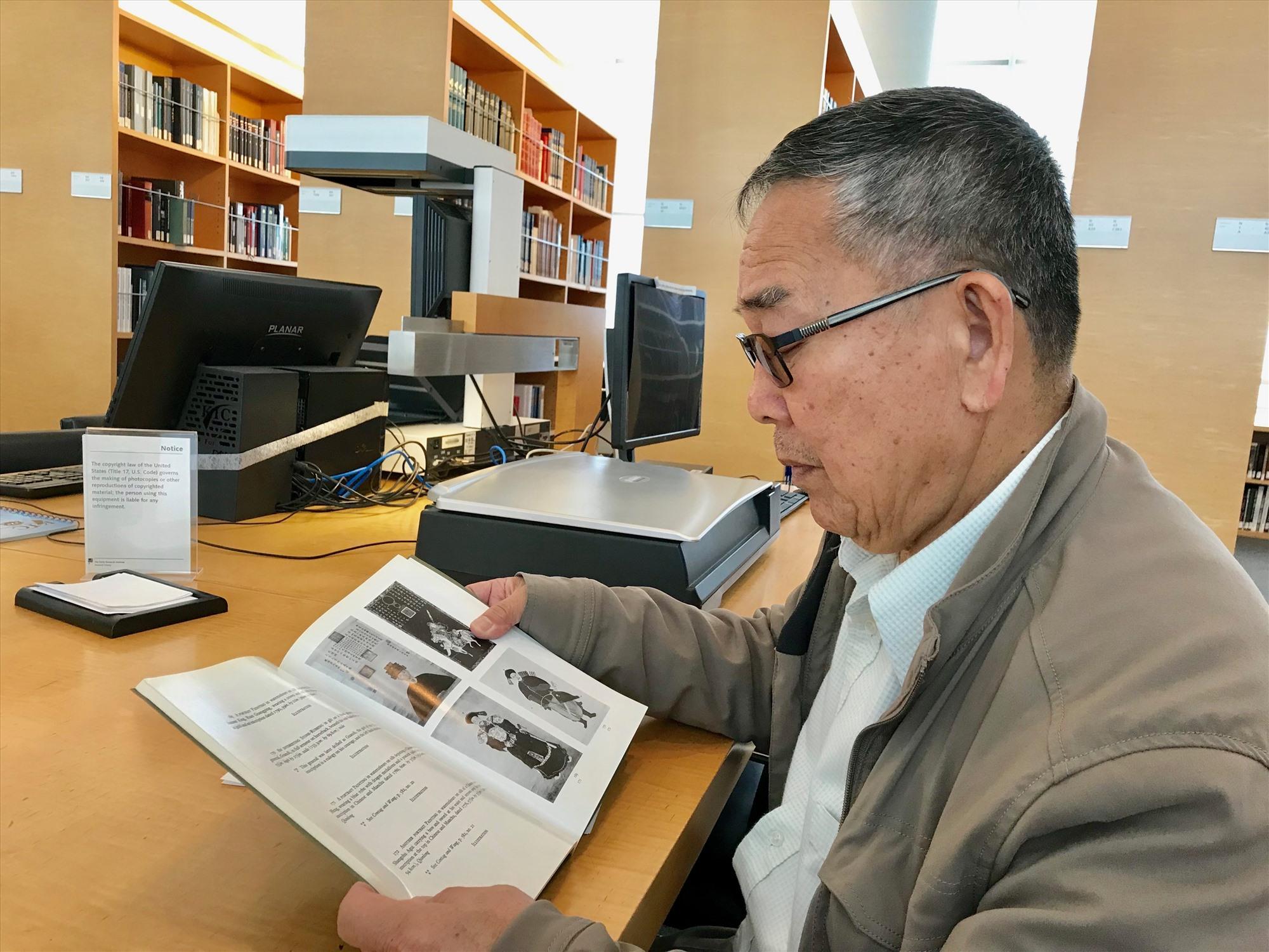 Học giả Nguyễn Duy Chính đi tìm bức chân dung của vua Quang Trung trong Thư viện Getty ở California, Hoa Kỳ. Ảnh: T. H.BÍCH