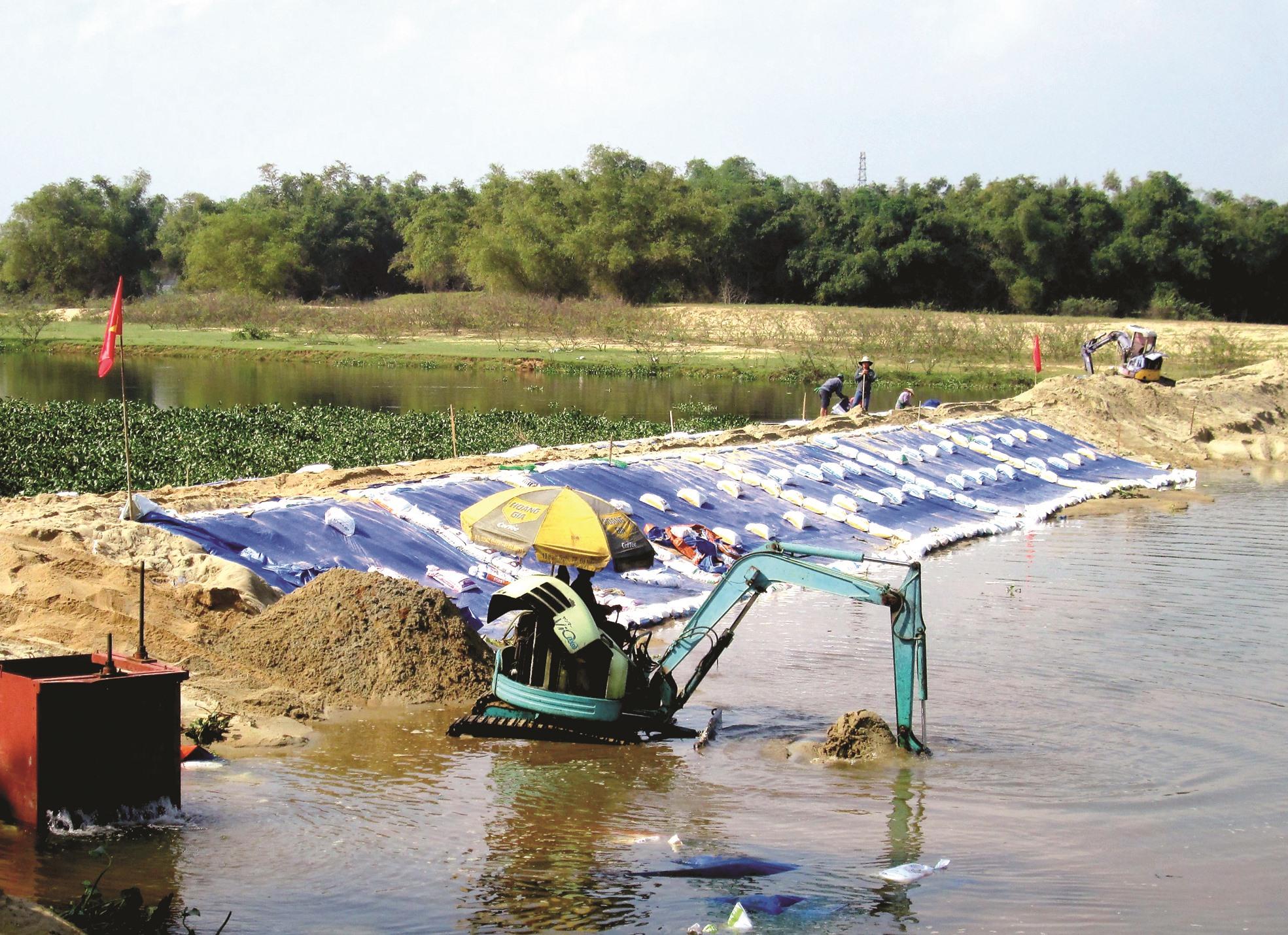 Nhờ dự lường trước diễn biến xấu, ngay từ đầu năm 2020, Công ty TNHH MTV Khai thác thủy lợi Quảng Nam đã tiến hành đắp đập bổi ngăn mặn - giữ ngọt trên sông Bà Rén tại khu vực Cầu Đen thuộc địa phận thị trấn Nam Phước (huyện Duy Xuyên).Ảnh: CÔNG SỰ