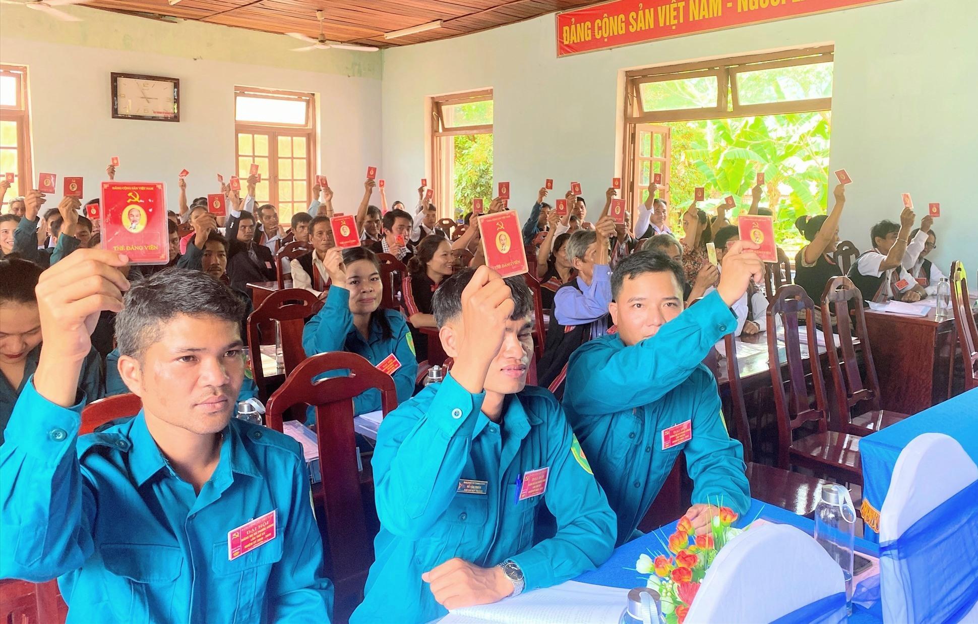 Đại biểu biểu quyết các nội dung trình tại Đại hội