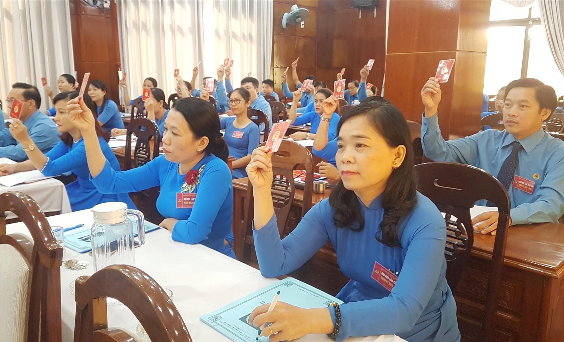 Đại biểu dự Đại hội biểu quyết thông qua nội dung Đại hội. Ảnh: D.L