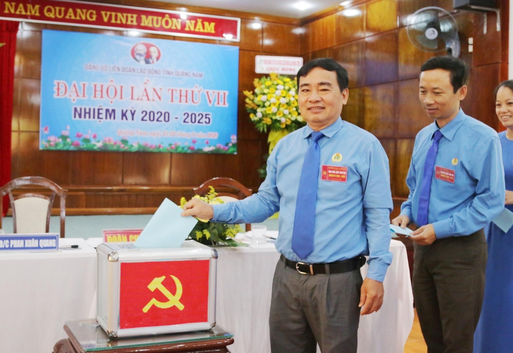 Đại biểu bỏ phiếu bầu Ban chấp hành Đảng bộ nhiệm kỳ mới. Ảnh: D.L