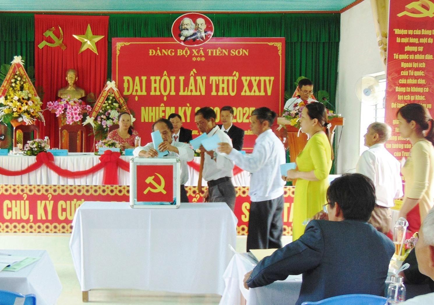 Đại biểu bỏ phiếu bầu Ban Chấp hành Đảng bộ xã Bình Đào khóa XIII. Ảnh: B.T