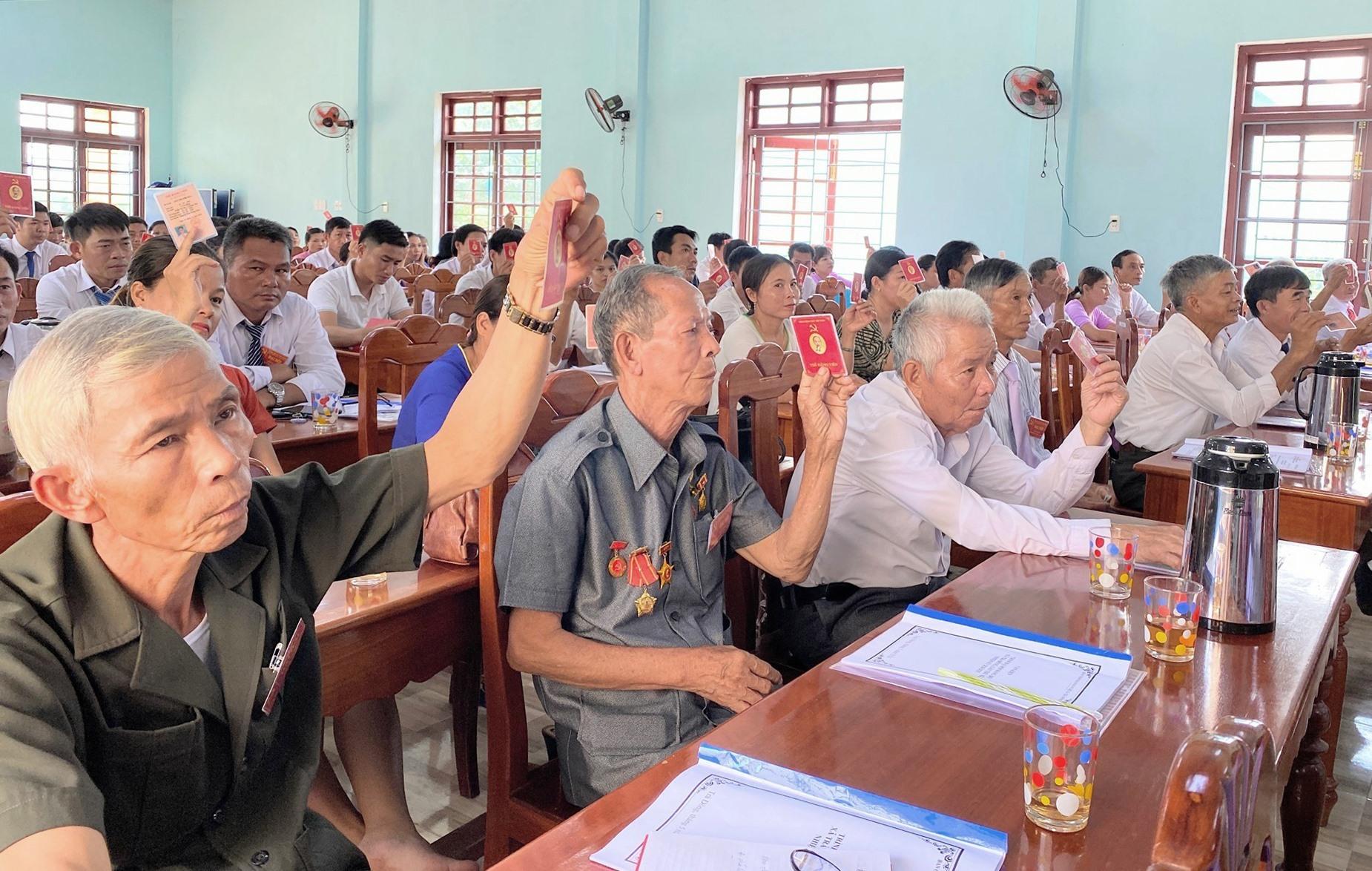 Đại biểu biểu quyết các nội dung trình tại Đại hội đảng bộ xã Trà Đông. Ảnh: N.Đ