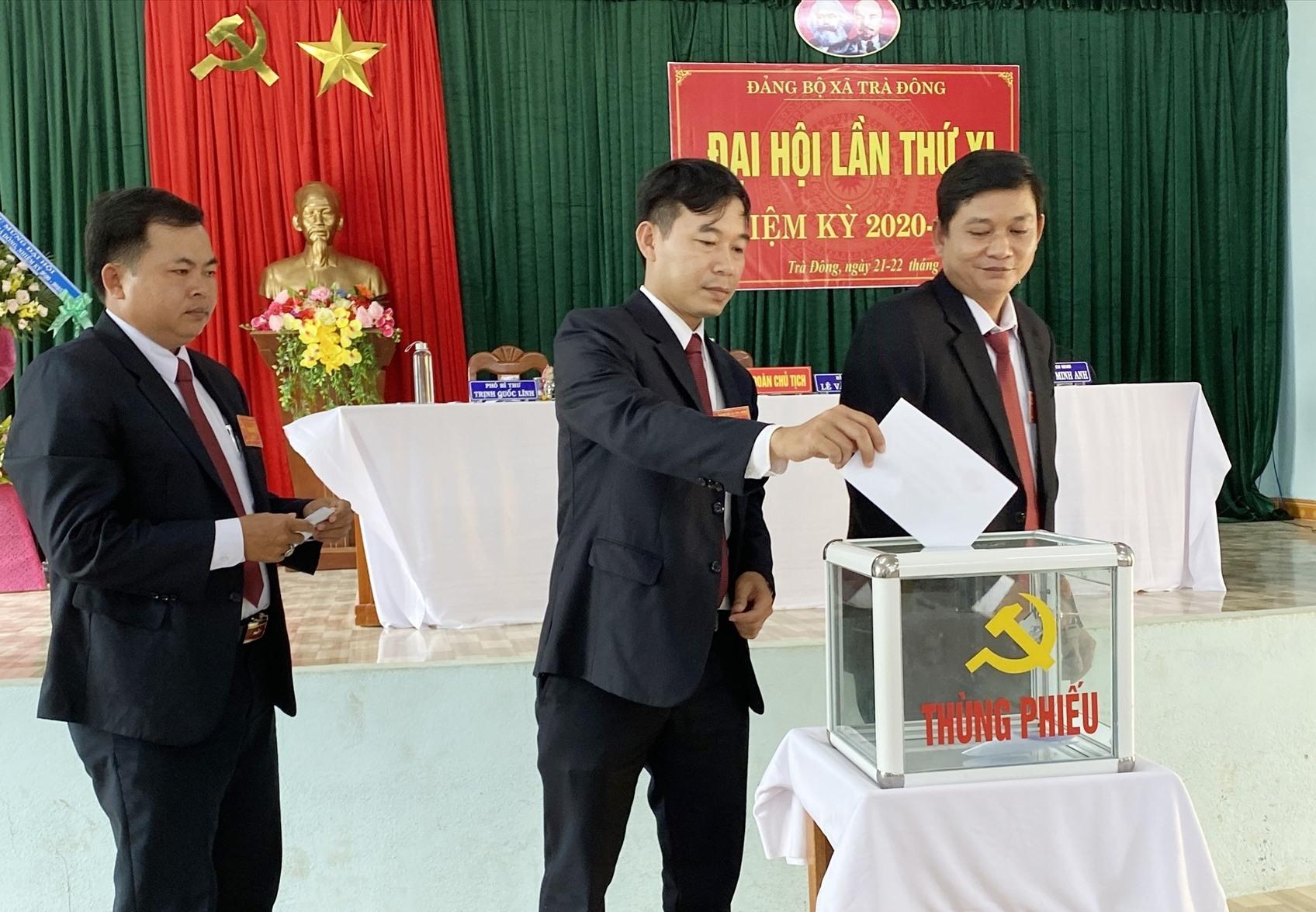 Đại biểu bỏ phiếu bầu Ban Chấp hành Đảng bộ xã Trà Đông khóa XI. Ảnh: N.Đ