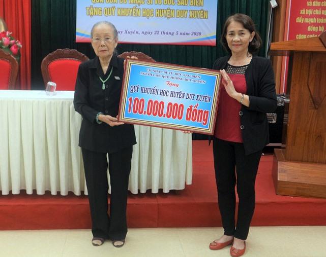 Bà Võ Thị Mân – chị gái cố nhạc sĩ Vũ Đức Sao Biển trao số tiền 100 triệu cho hội khuyến học Duy Xuyên.