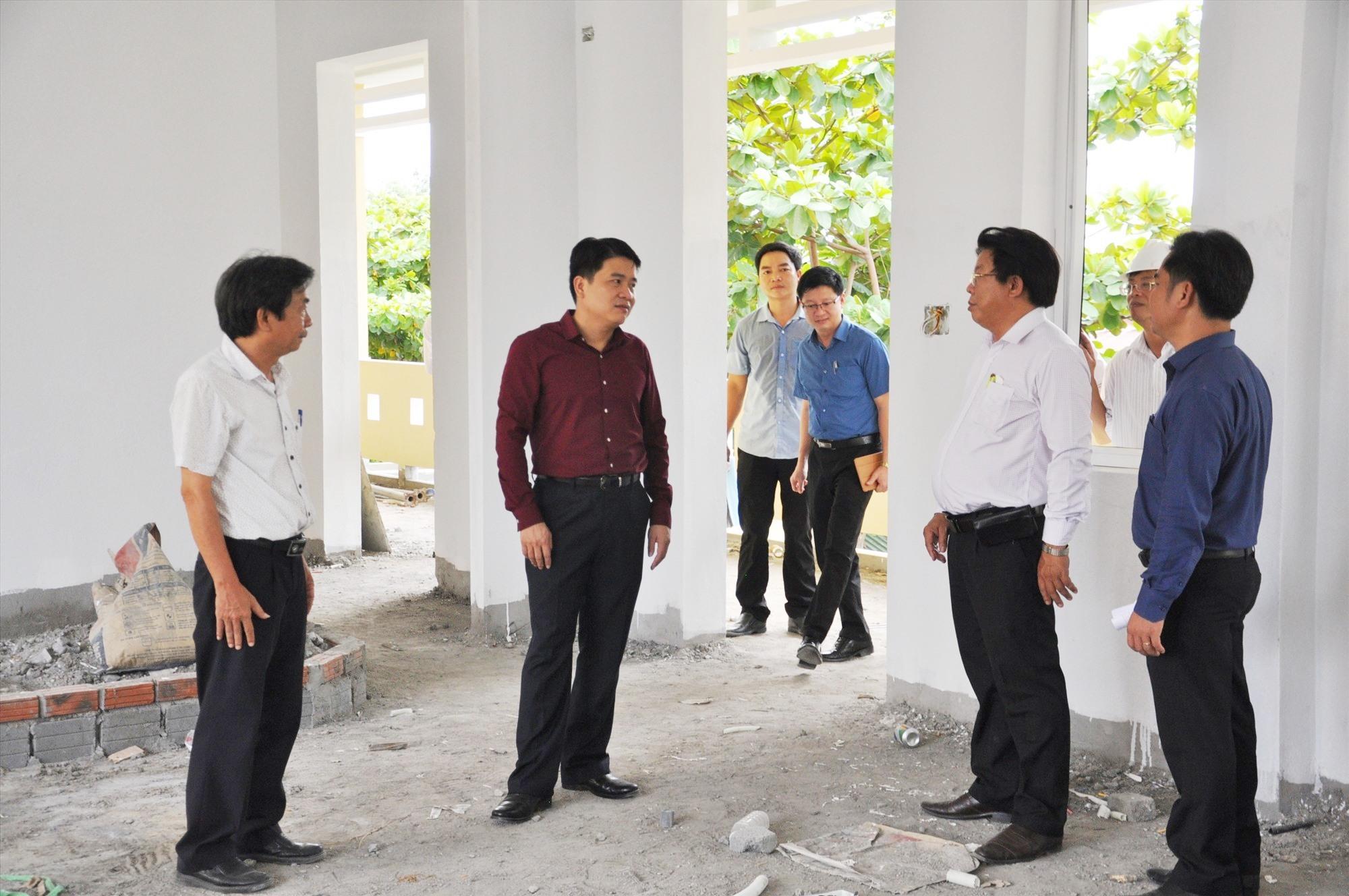 Kiểm tra công trình Trường THPT Sào Nam. Ảnh: X.P