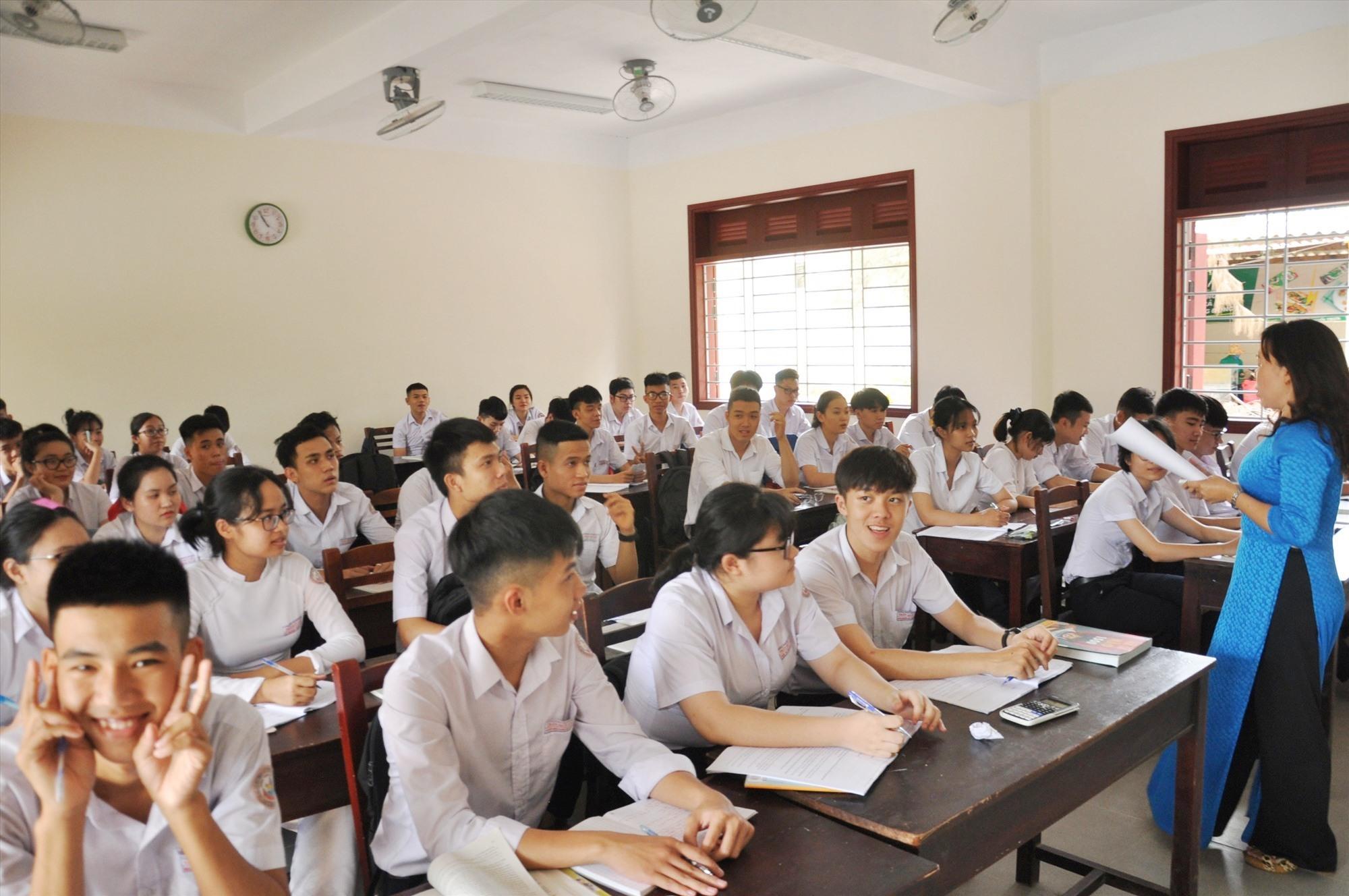 Trường THPT Trần Quý Cáp, bàn giao tạm khối nhà lớp học để phục vụ dạy và học. Ảnh: X.P
