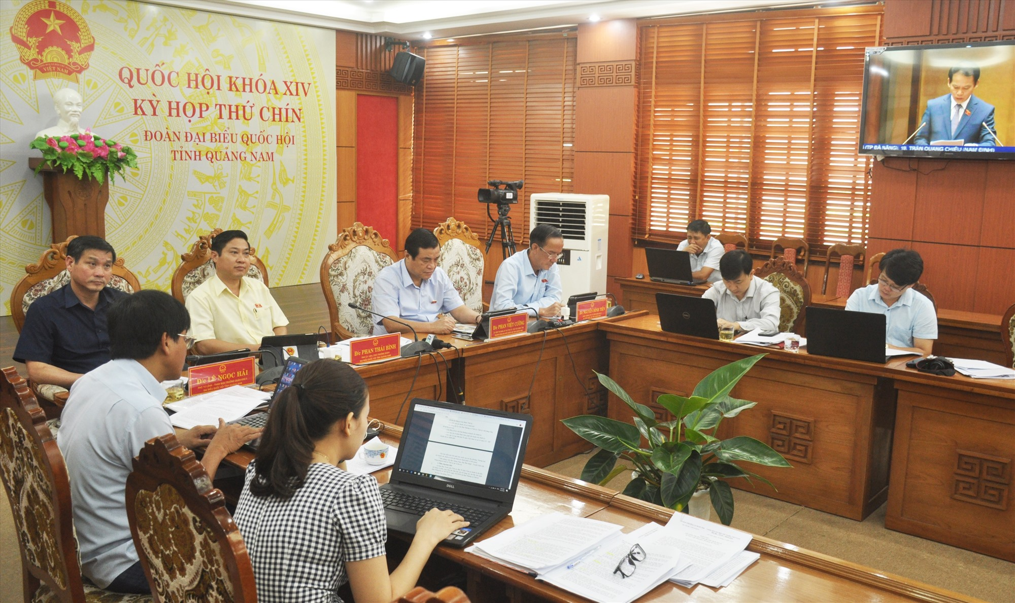 Các đại biểu Quốc hội tỉnh dự phiên họp sáng nay 23.5 tại điểm cầu Quảng Nam. Ảnh: N.Đ