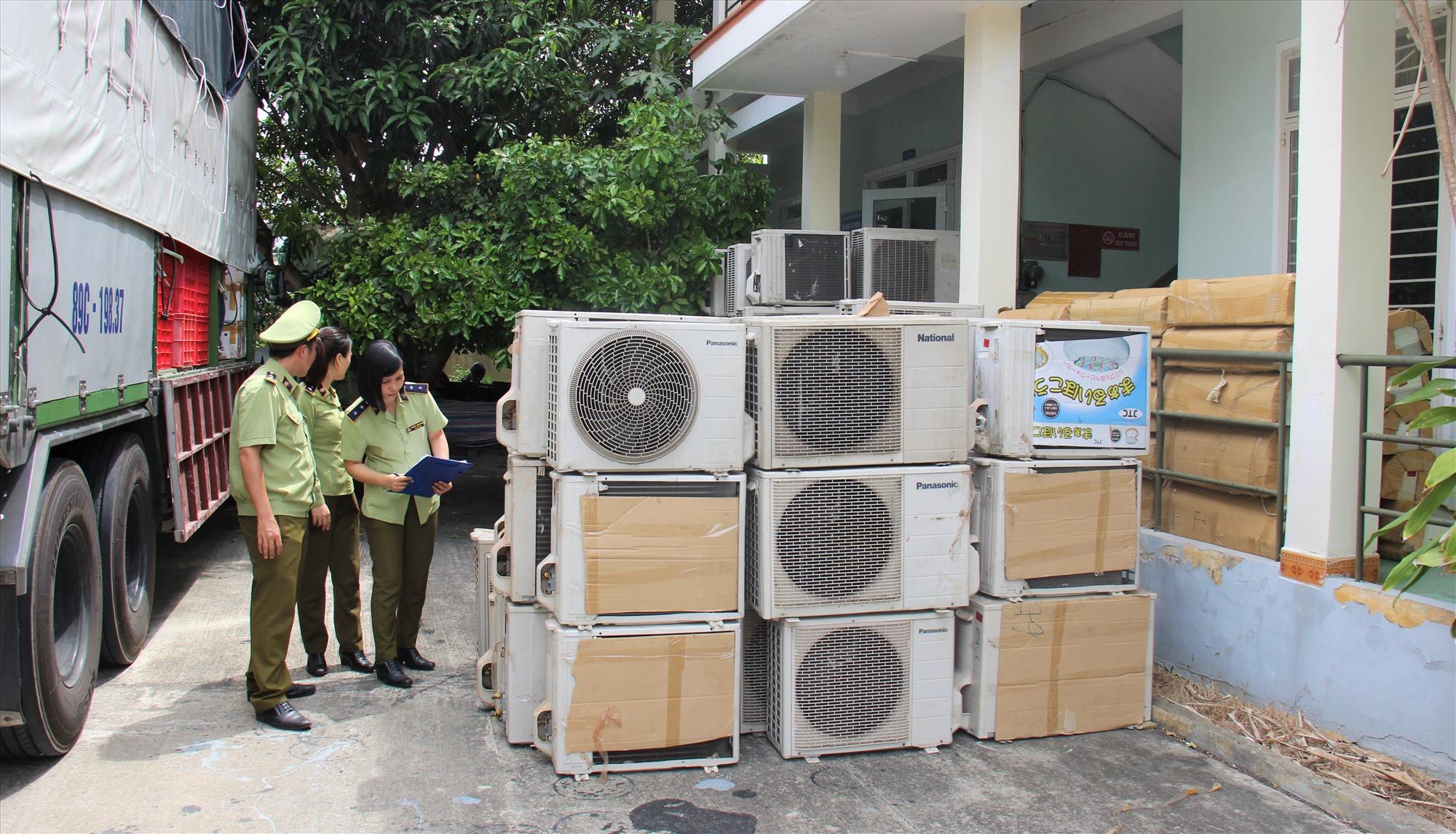 Số hàng bị lực lượng Quản lý thị trường Quảng Nam tạm giữ. Ảnh: THANH THẮNG