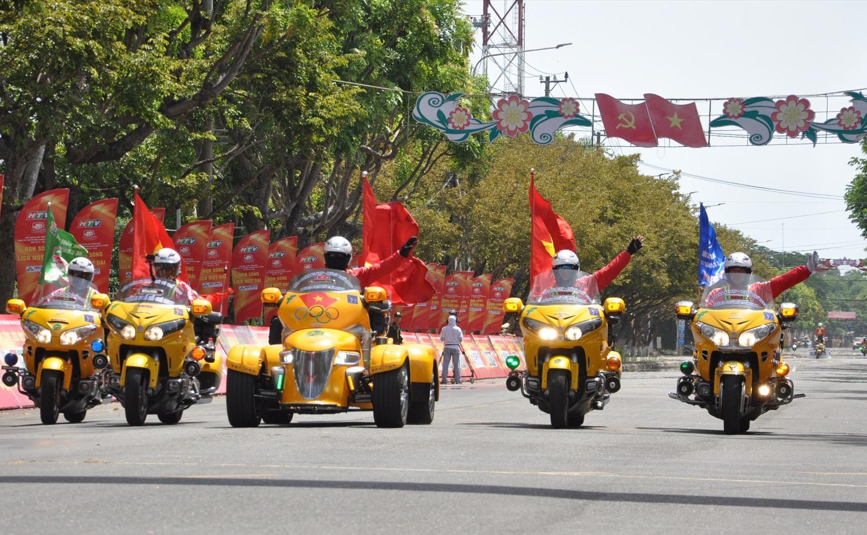 Đoàn mô tô dẫn đường giúp các tay đua thi đấu an toàn. Ảnh: T.V