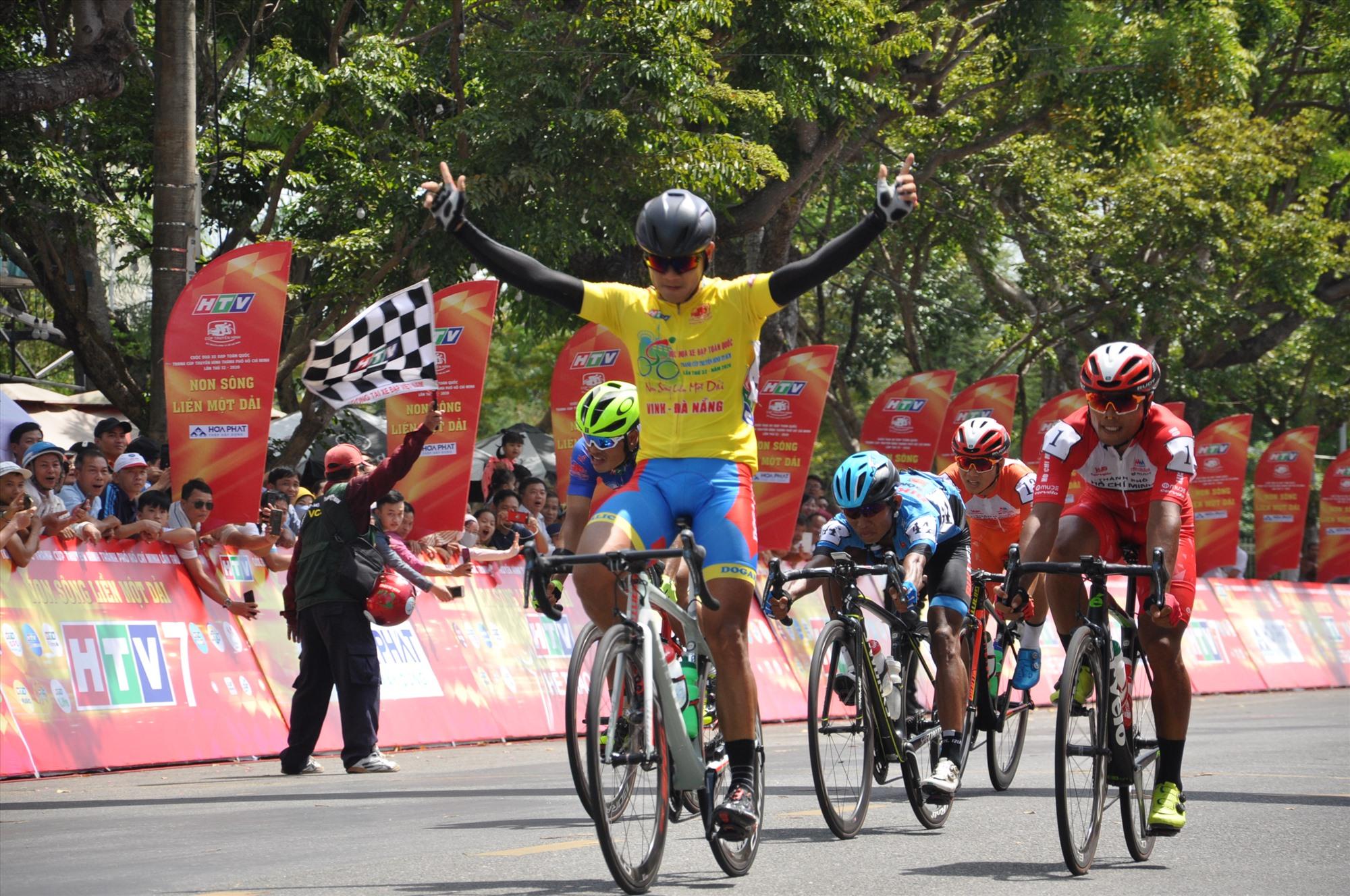 Tay đua Nguyễn Tấn Hoài giành chiến thắng chặng 6 Đà Nẵng-Quảng Nam. Ảnh: T.V