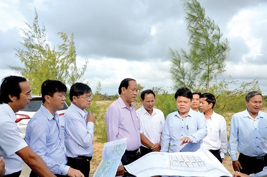 Chủ tịch UBND tỉnh Đinh Văn Thu kiểm tra thực địa hiện trạng đất ở xã Tam Tiến (Núi Thành) hồi cuối năm ngoái.Ảnh: T.H