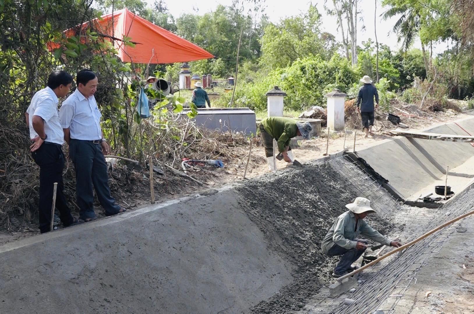 Nhiều tuyến kênh mương ở Thăng Bình được nạo vét, sửa chữa và gia cố trước vụ sản xuất hè thu 2020. Ảnh: Sương Tân