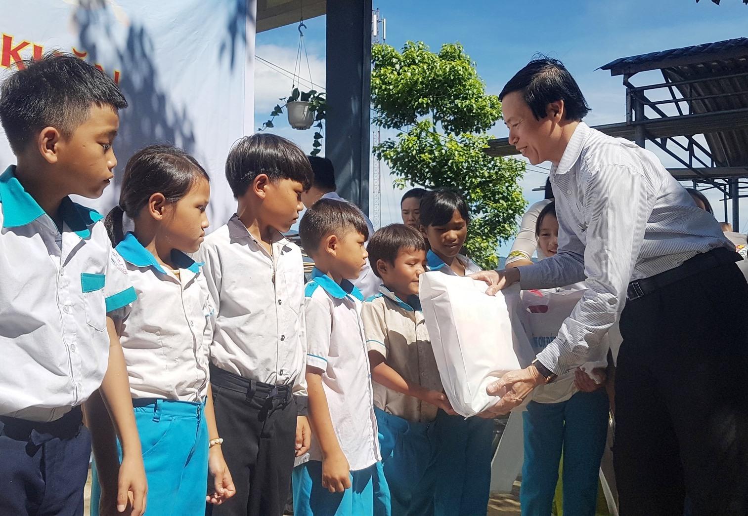 Giám đốc Sở LĐ-TB&XH tỉnh Huỳnh Tấn Triều tặng quà các cháu thiếu nhi. Ảnh: D.L