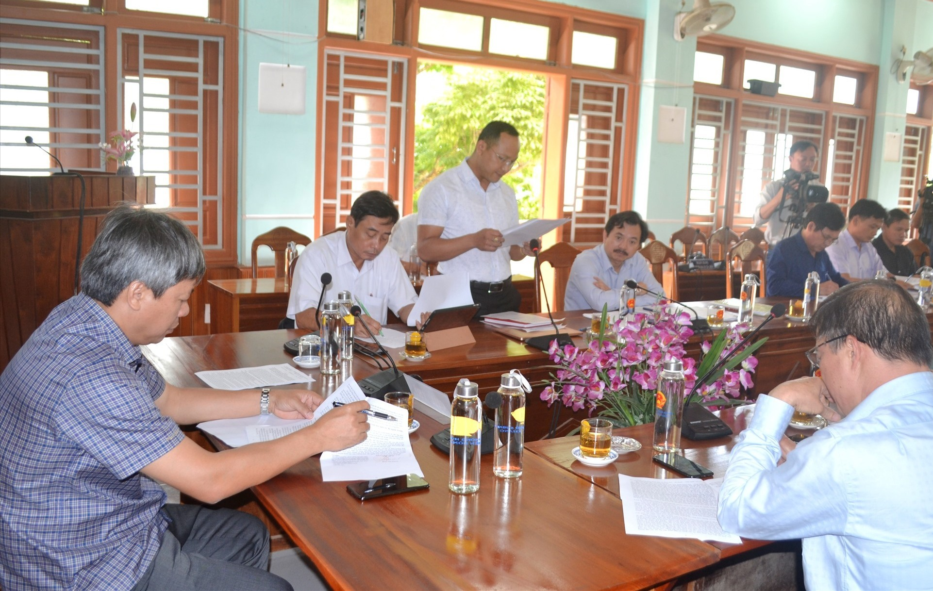 Chủ tịch UBND huyện Đông Giang - ông Đinh Văn Hươm kiến nghị với đoàn công tác giải quyết những khó khăn, vướng mắc của địa phương. Ảnh: CT