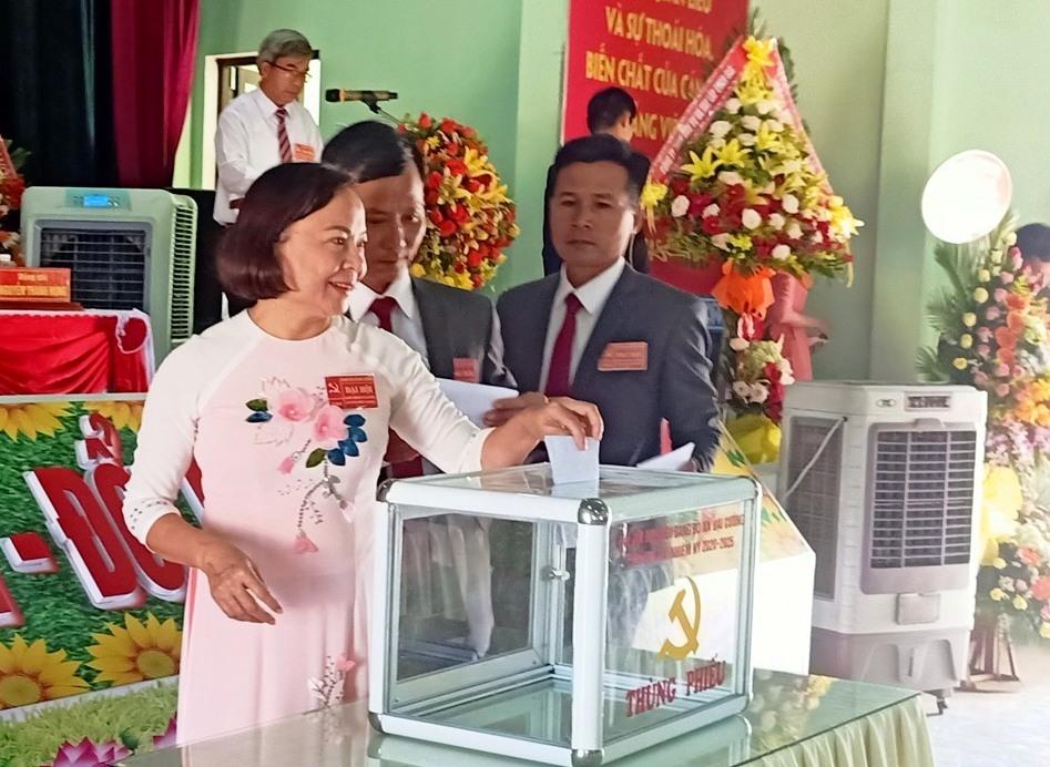 Đoàn chủ tịch bỏ phiếu bầu tại đại hội. Ảnh: HOÀNG LIÊN