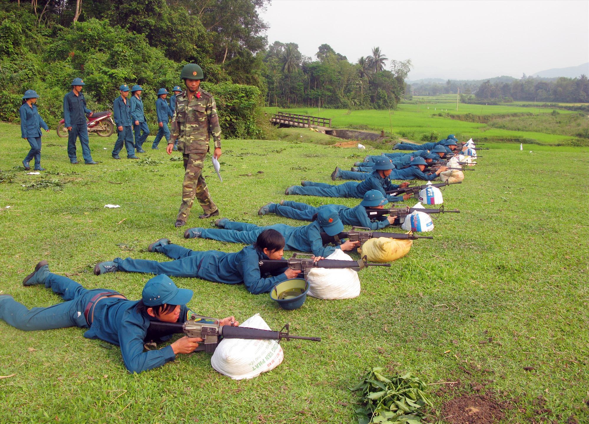 Lực lượng vũ trang huyện Tiên Phước ra sức thi đua huấn luyện giỏi, kỷ luật nghiêm, sẵn sàng chiến đấu cao. Ảnh: D.L