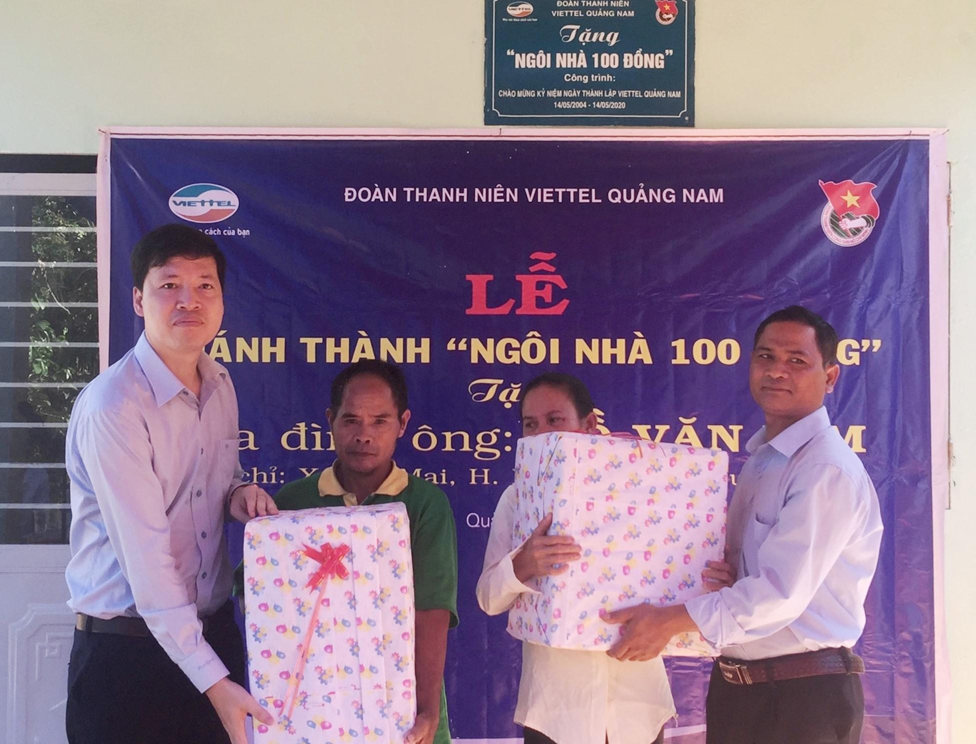 Lãnh đạo Viettel và chính quyền địa phương tặng quà mừng khánh thành nhà mới ông Hồ Văn Xim. Ảnh: CTV