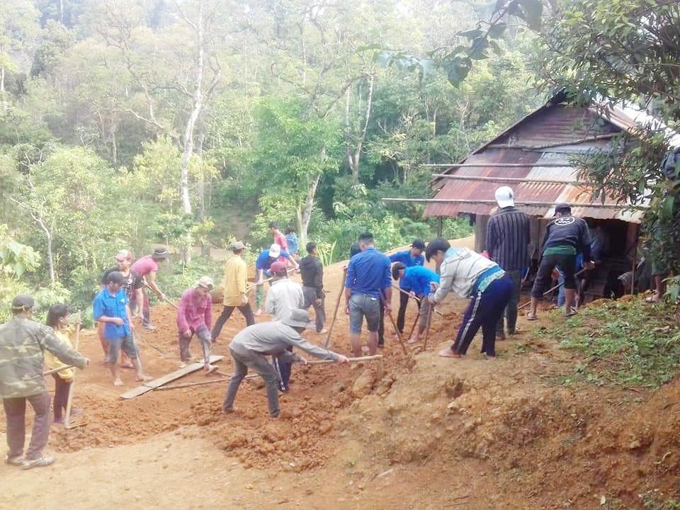 Tuổi trẻ Trà Nam giúp người dân san lấp nền, di dời về khu dân cư mới được sắp xếp. Ảnh: M.H