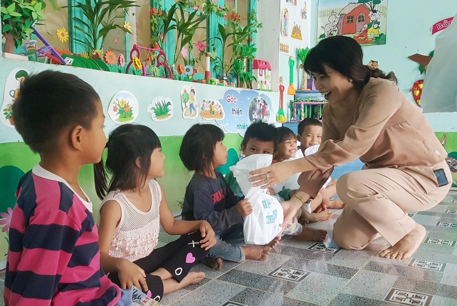 Phó Giám đốc Sở LĐ-TB&XH tỉnh Lưu Thị Bích Ngọc tặng quà cho trẻ mẫu giáo. Ảnh: D.L