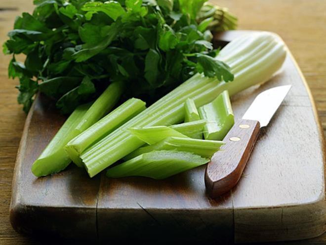 Được biết đến như loại thuốc giúp lợi tiểu tự nhiên, cần tây có tác dụng làm giảm lượng nước dư thừa trong cơ thể an toàn. Ngoài ra, loại rau này cũng hỗ trợ điều trị chứng đầy hơi và làm sạch thận rất tốt.