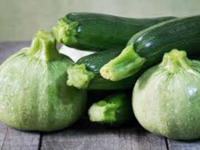Bí giàu vitamin và khoáng chất, gồm vitamin B, kali, axit béo omega-3, folate… tốt cho sức khỏe. Các chuyên gia khuyên nên ăn nhiều quả bí vào mùa hè.