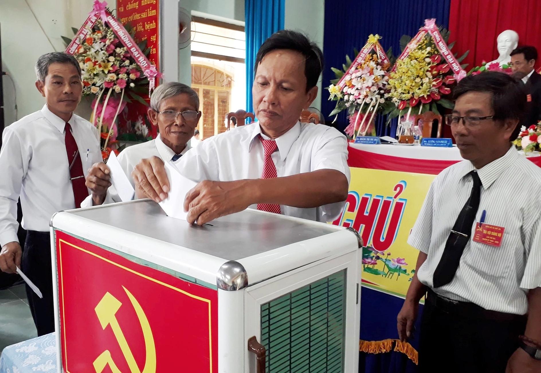 Bỏ phiếu bầu Ban Chấp hành Đảng bộ xã Quế An khóa XVI. ảnh DT.